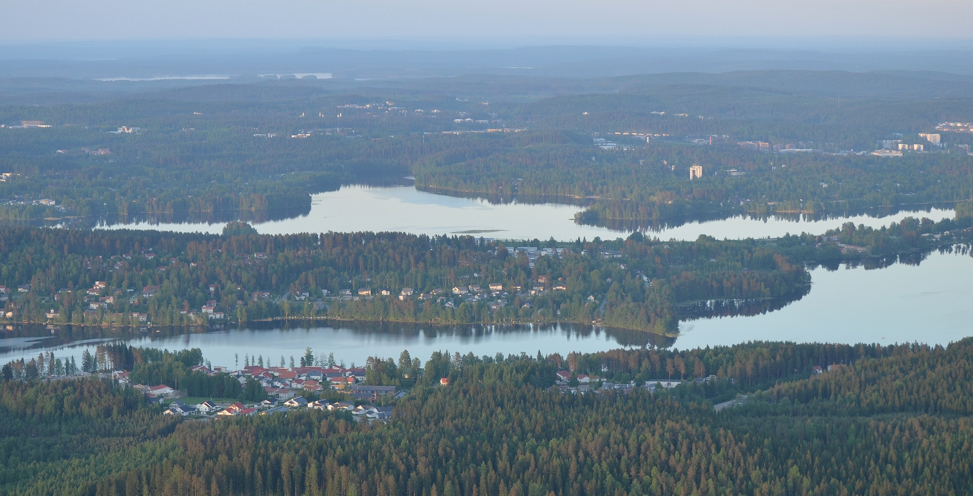 Lähempänä Tuomiojärvi ja taaempi Palokkajärvi Laajavuoren päältä nähtynä