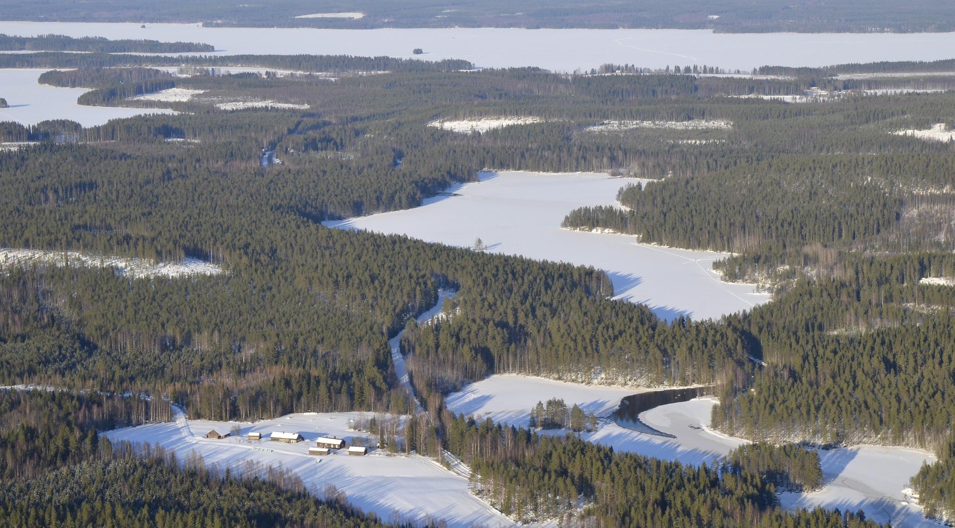 Kella Kellajärven rannalla, Kärnän kupeella. Jäätyneet sormet hoputtaa lentämään kotipesään ja sen teenkin.