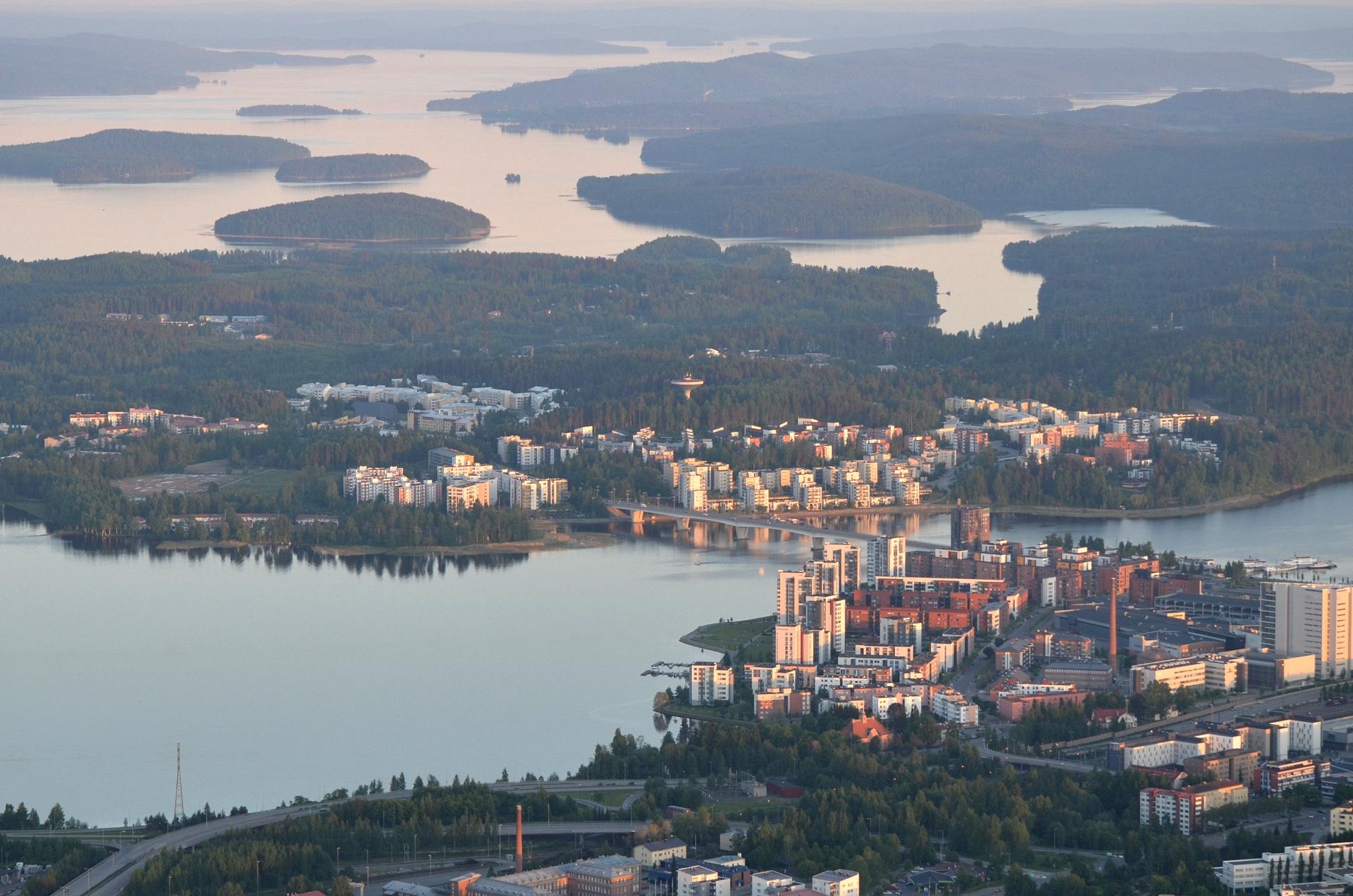 Lähimpänä Lutakkoa ja Jyväsjärven takana Kuokkalaa. Taaempana Päijännettä.