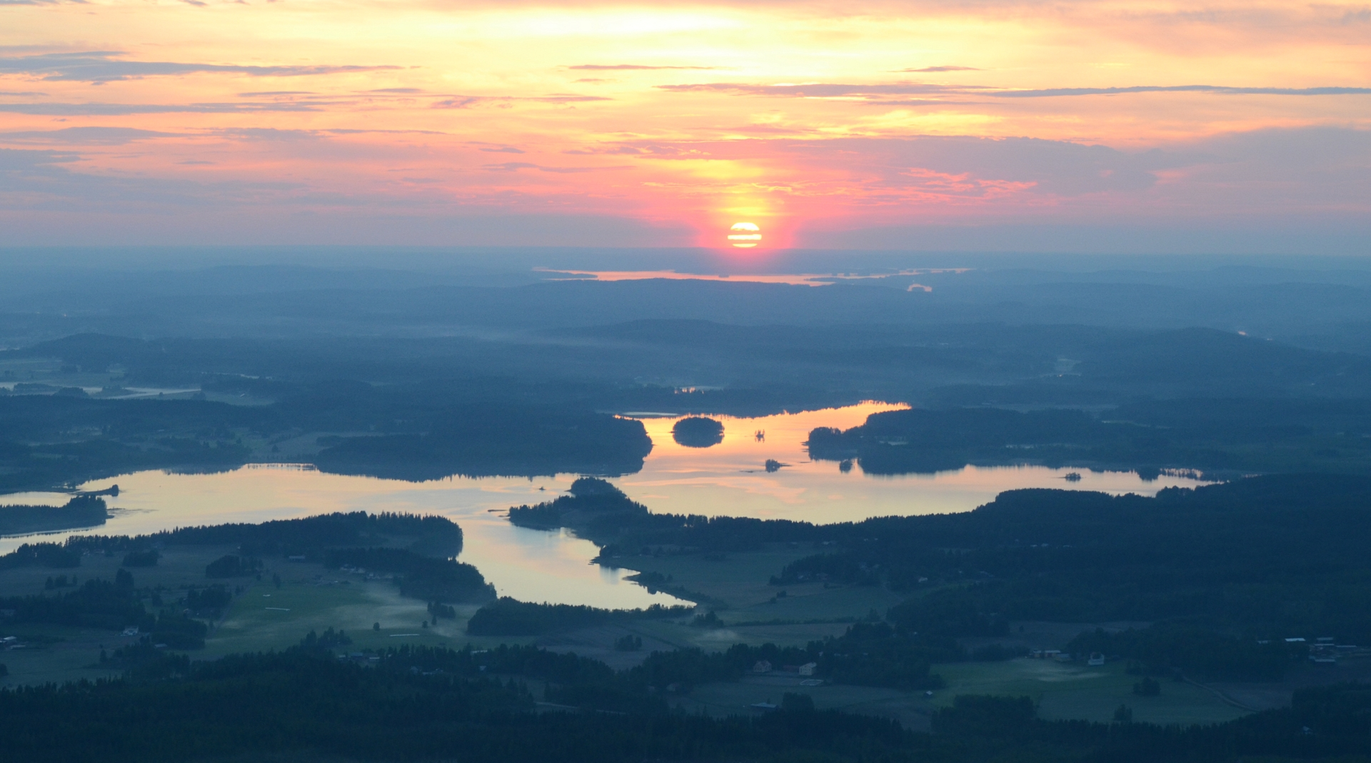 Kotikylä Koivisto ja Niinivesi auringon laskiessa.