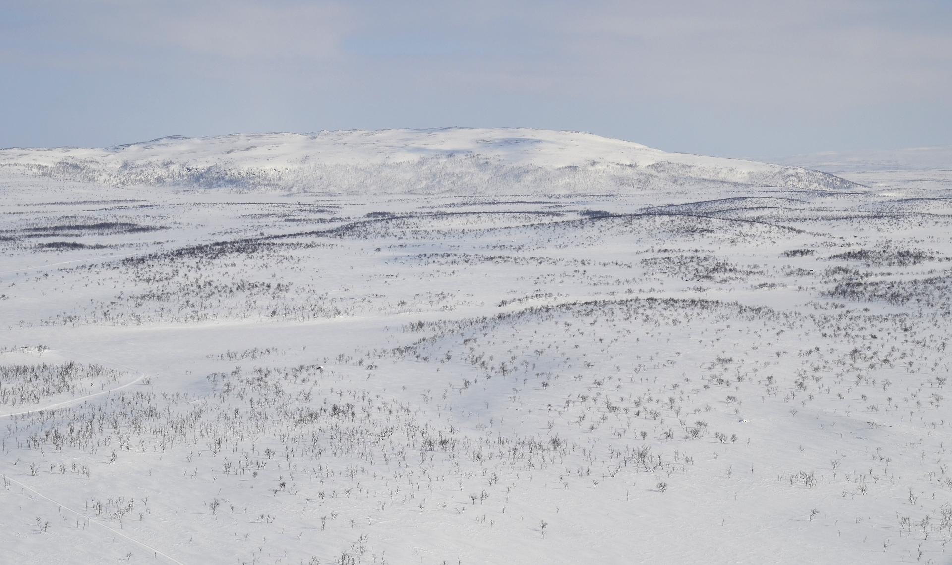 Seuraavan pienen pysähdyksen kohde on tuon tunturin juurella oleva Tsuomasjärven autiotupa.