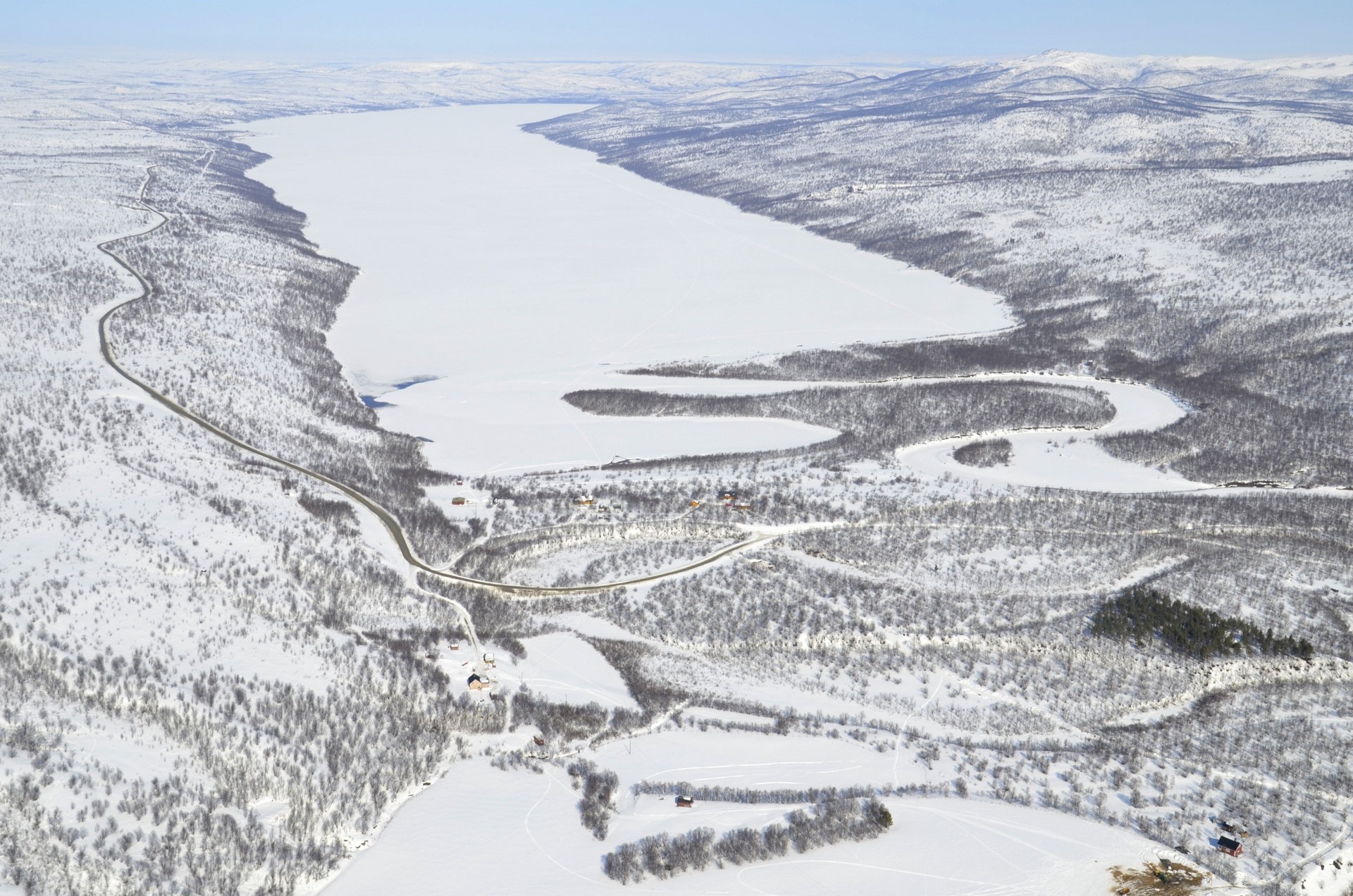 Kun tuvan kaminaan oli tehty tulet perässä tulevien hiihtäjien iloksi, lähdettiin Nuorgamin kylää kohti. Matkalla tämä Pulmankijärvi.