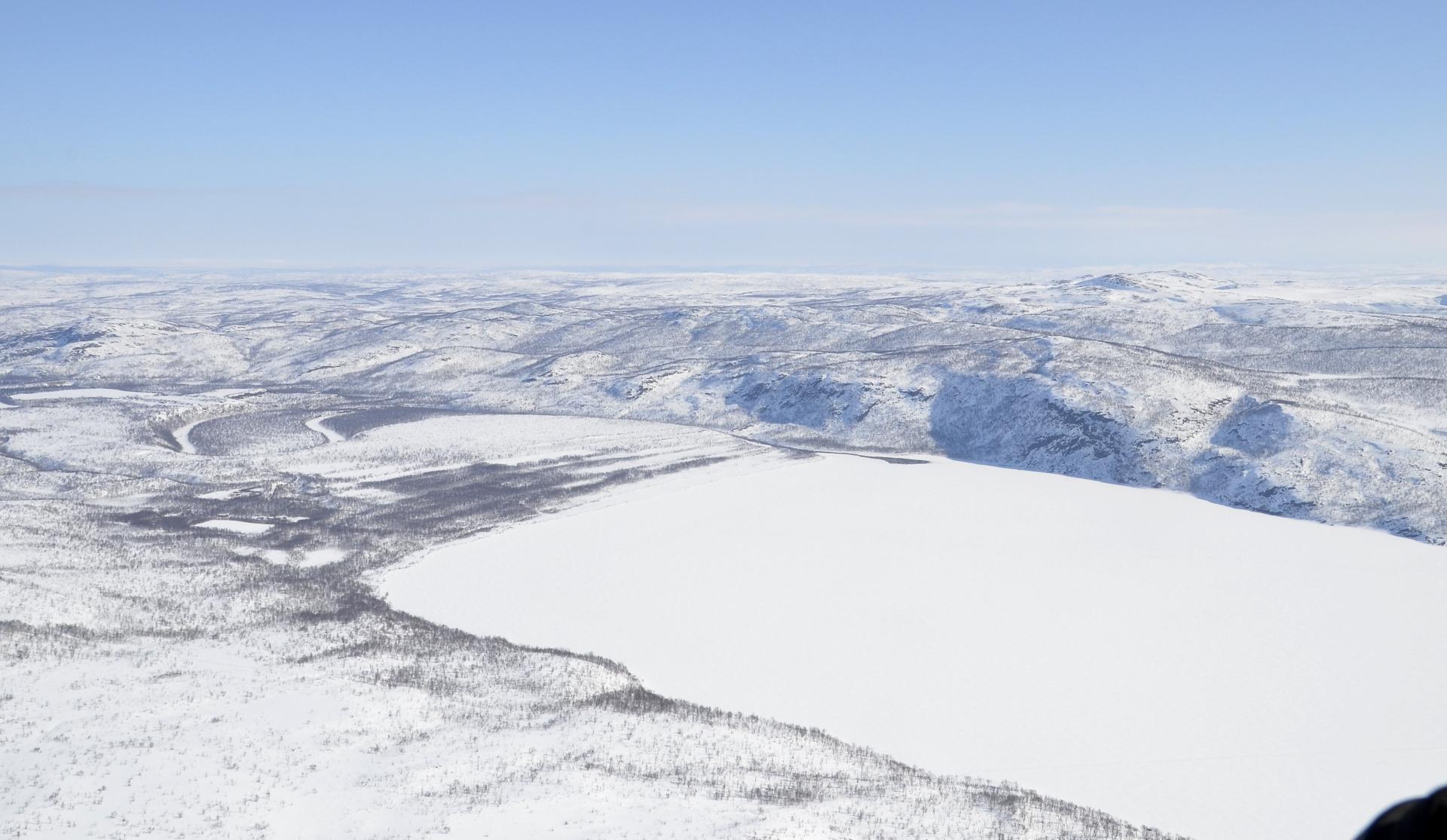 Norjan tuntureita, raja kulkee järven poikki.