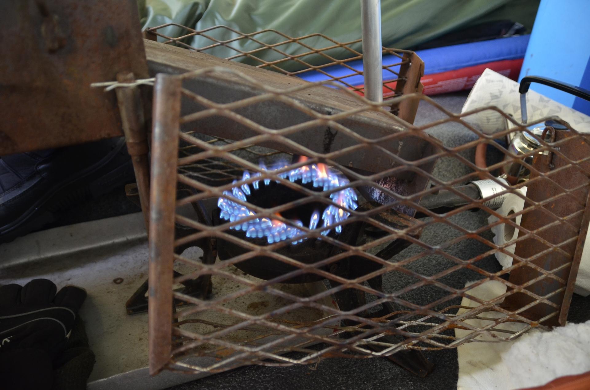 Teltassa tarettiin kaminan lämmössä. Retken yksi monista kohokohdista oli Riekkojen huutelut yöllä teltan pihassa.