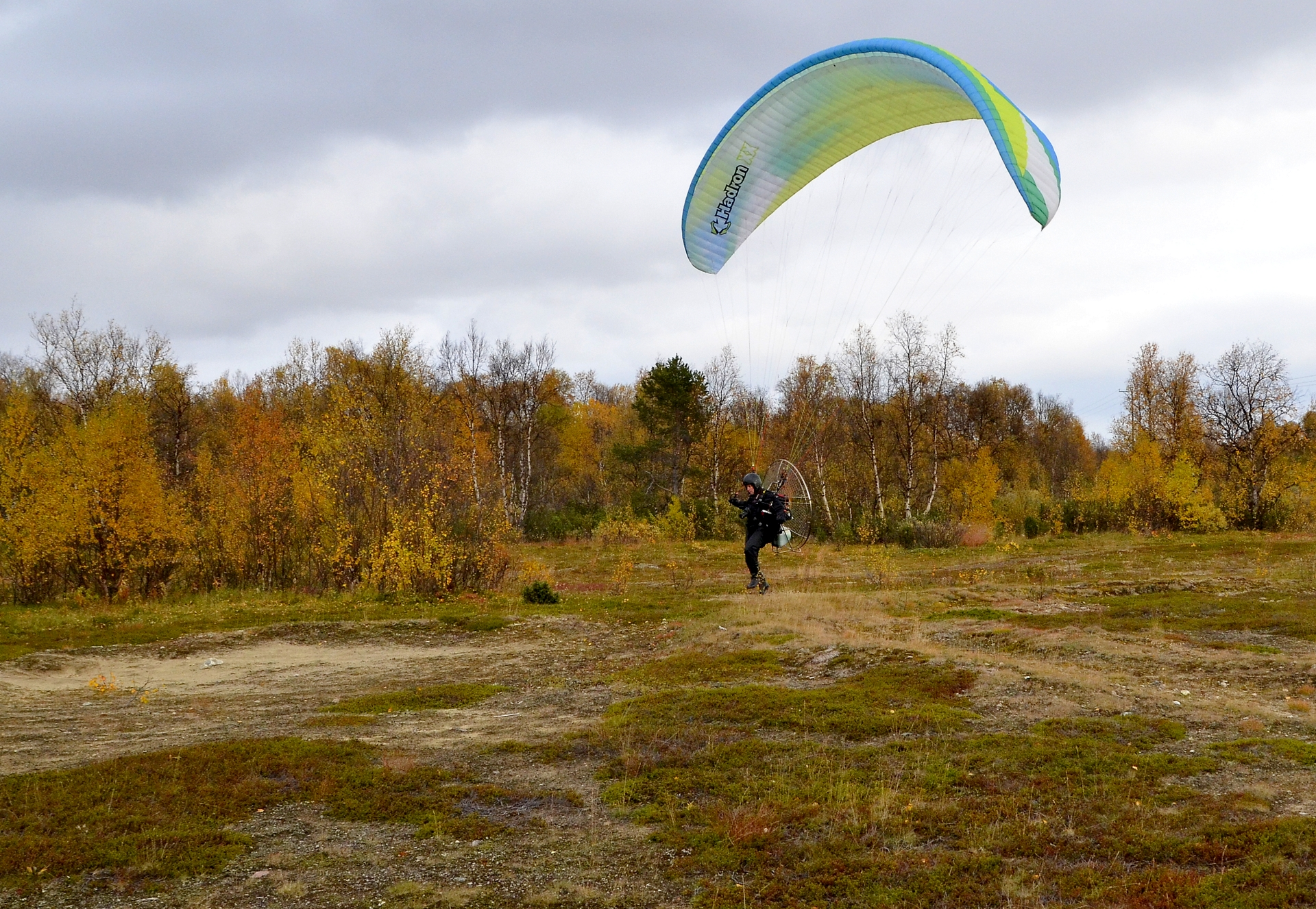 Karigasniemellä Kevon reitin lähtöpaikan läheltä starttaa Jari ilmaan.