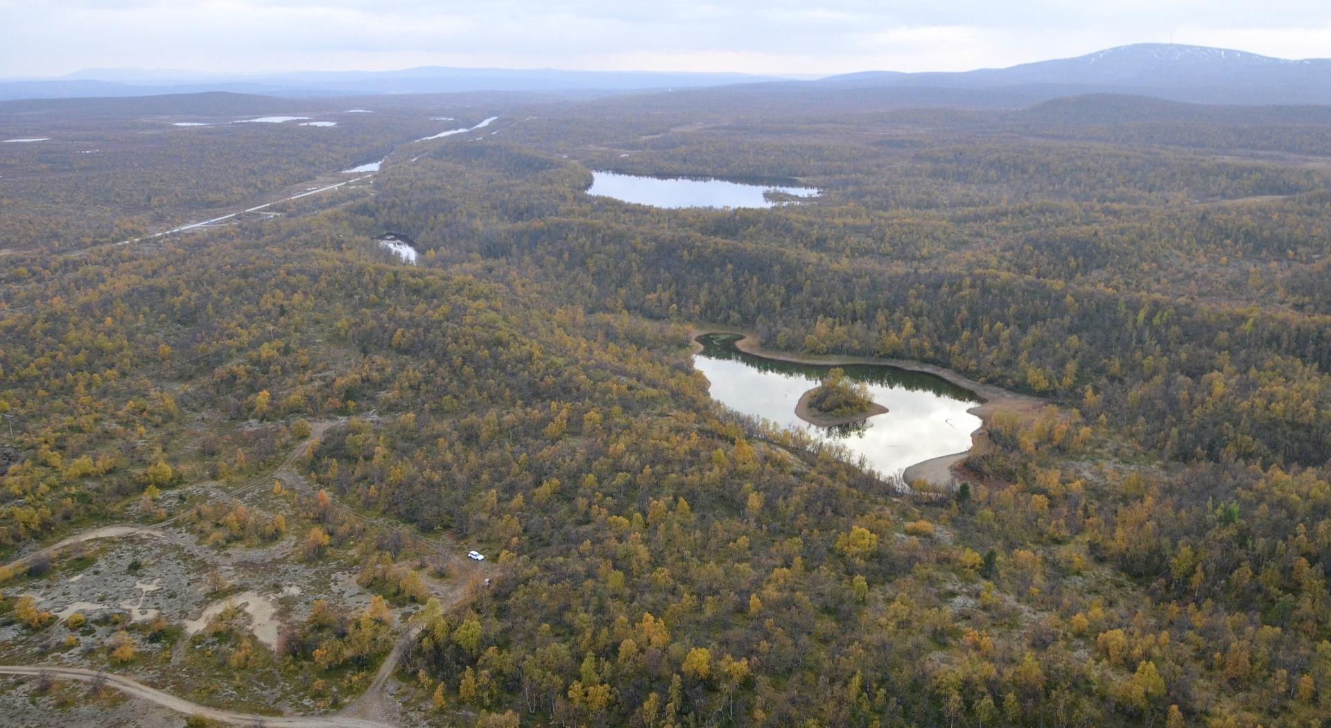 """Luomusjärveltä palatessa näkyy mm. oikealla Karigasniemen Ailikastunturi, jonne on satanut syksyn ensilumet? Lähimmistä """"järvistä"""" tuo vasemman puoleinen on Suomen suurin lähde."""