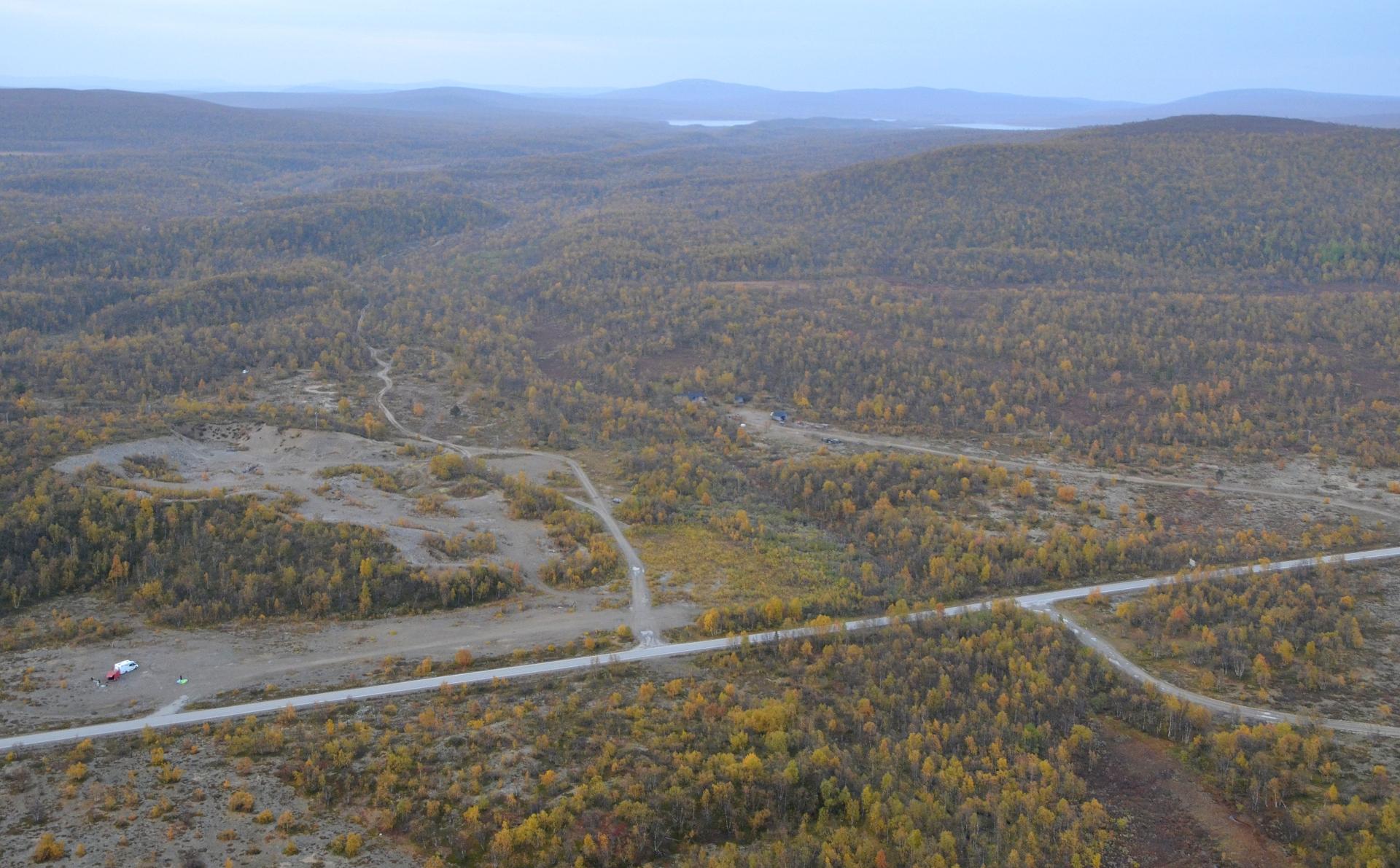 Tässä Kevon reitin eteläpään tienoota. Järvi joka tuolla häämöttää on Luomusjärvi ja sen halki reitti etenee.