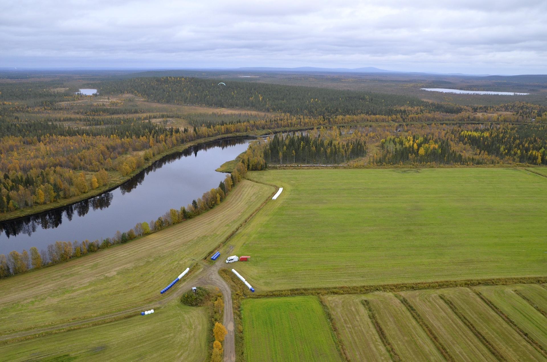 """Seuraavan lennon starttipaikasi löytyi tämä pelto Levin pohjoispuolelta Ounasjoen varresta. Nyt minäkin läksin ilmaan ilman pyöriä """"reppukoneella"""". Hanski tuli autolla perässä."""