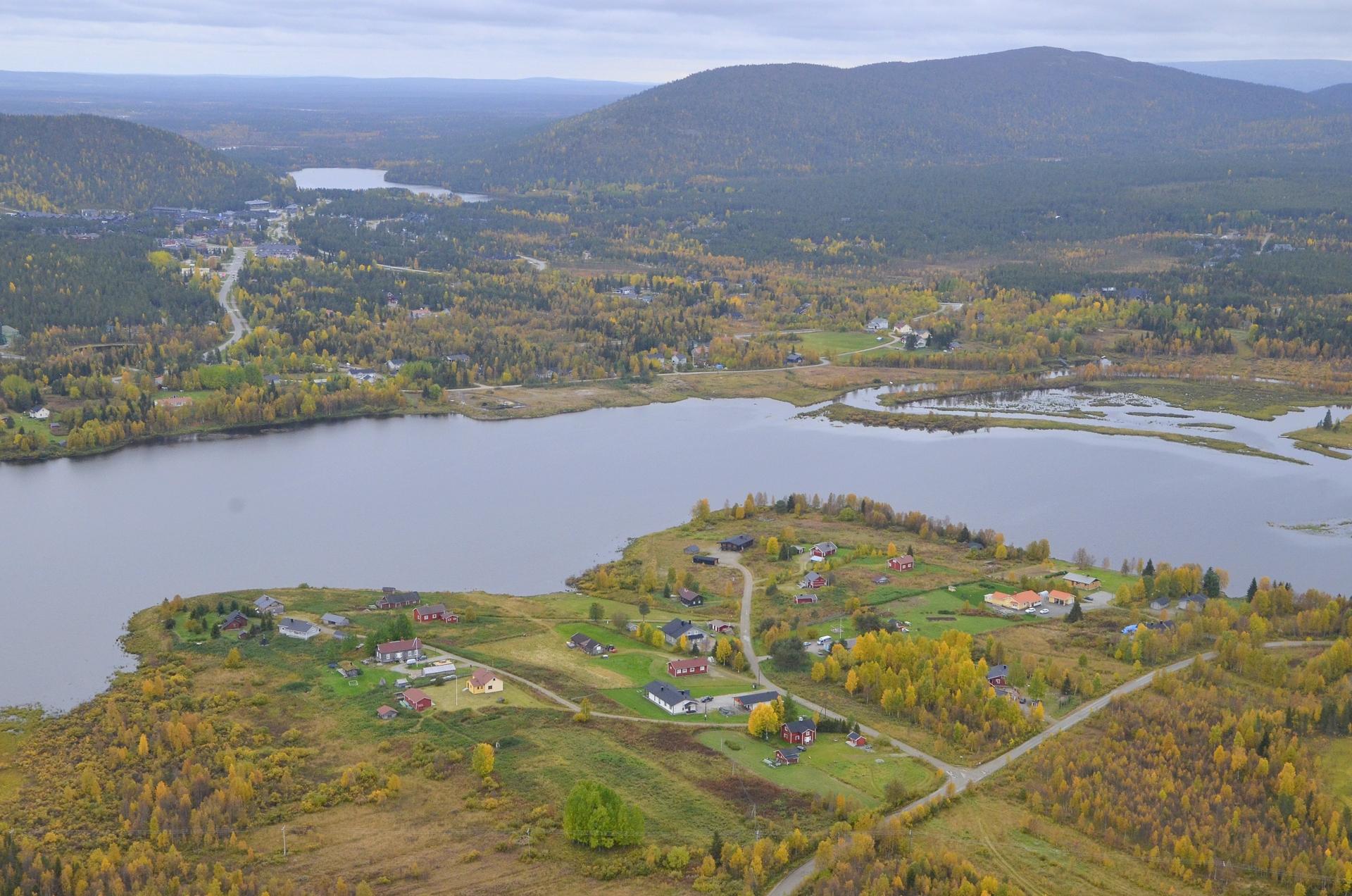 Sirkkajärvi, oikealla Kätkätunturi.