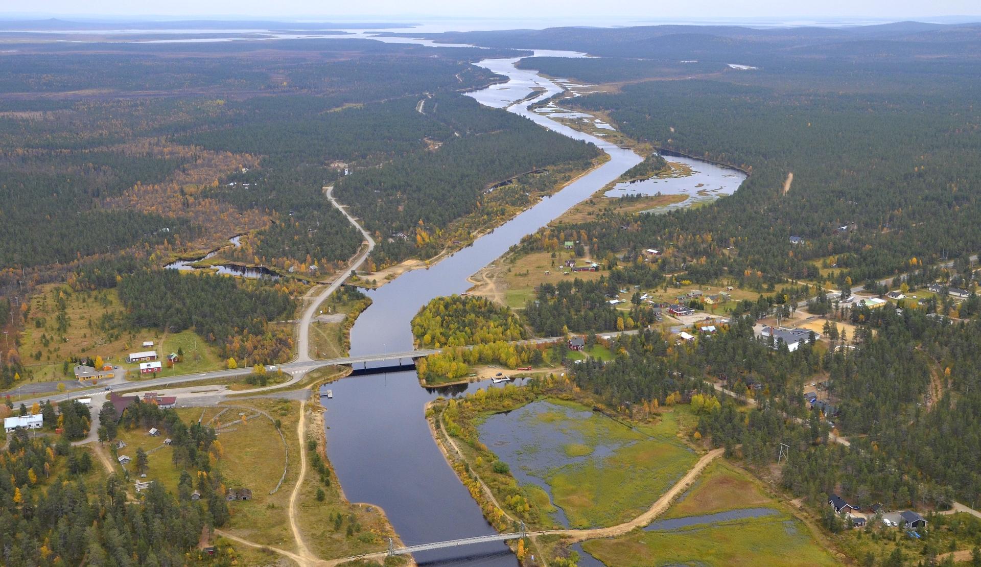 Porttipahdan ja Lokan tekoaltaiden yhdistävä kanava Vuotson kylällä. Lokka näkyy horisontissa, Sodankylä-Ivalo tien itäpuolella.