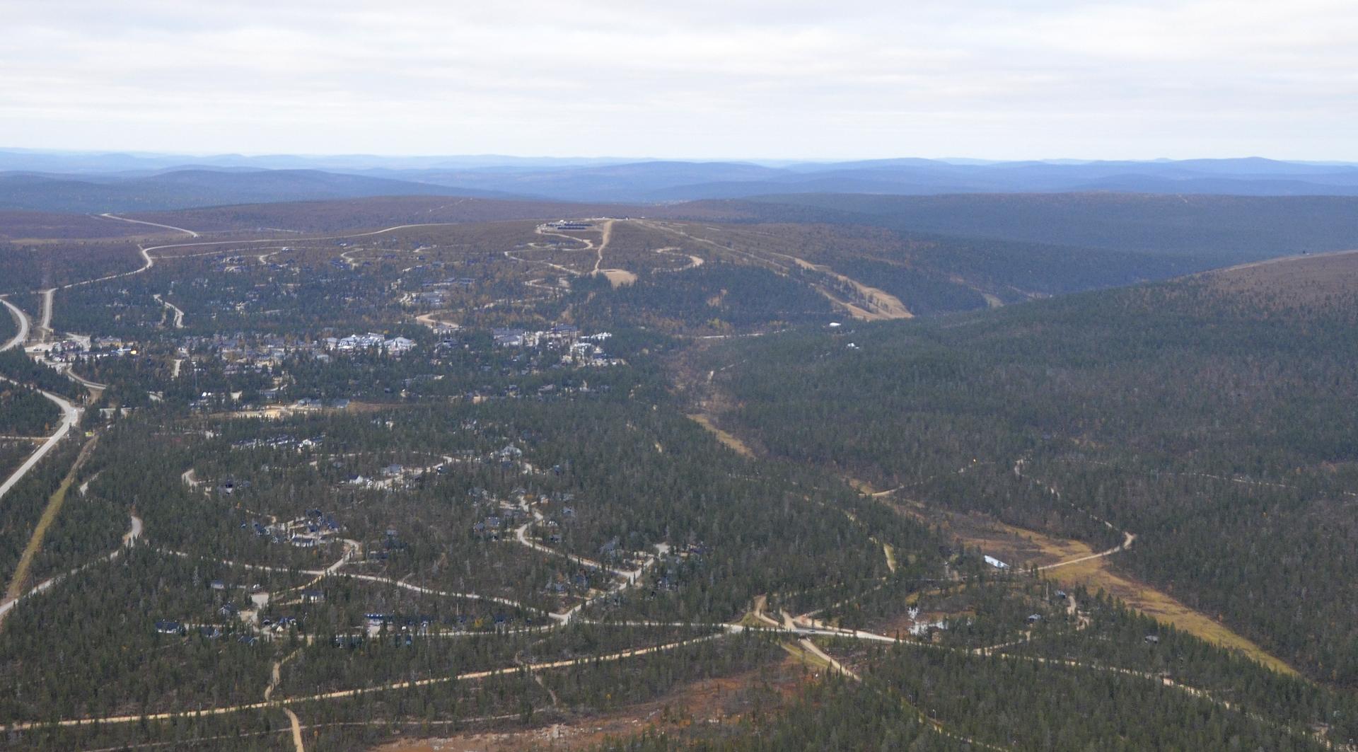 Saariselkä, vasemmalla tie johtaa Ivaloon.