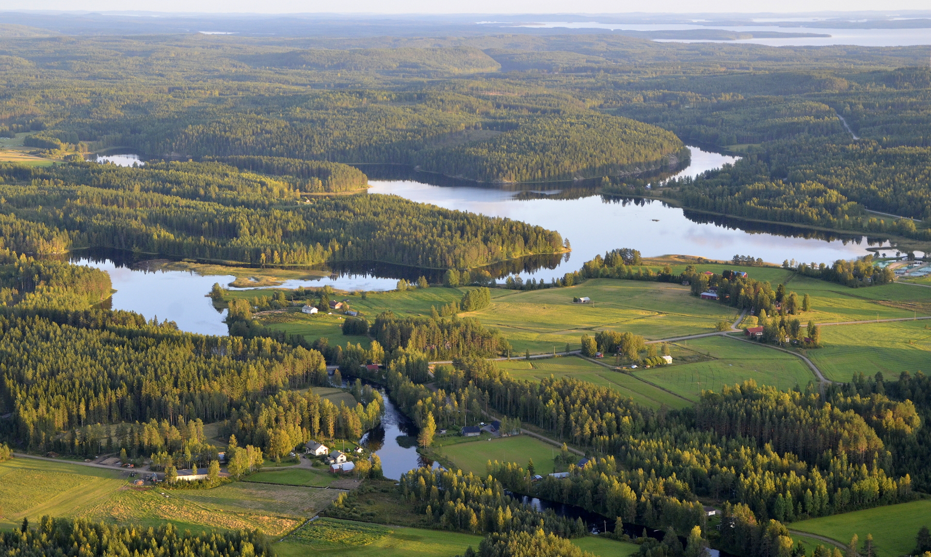 Kymönjärvi, ja hienot kumpuilevat maastot.