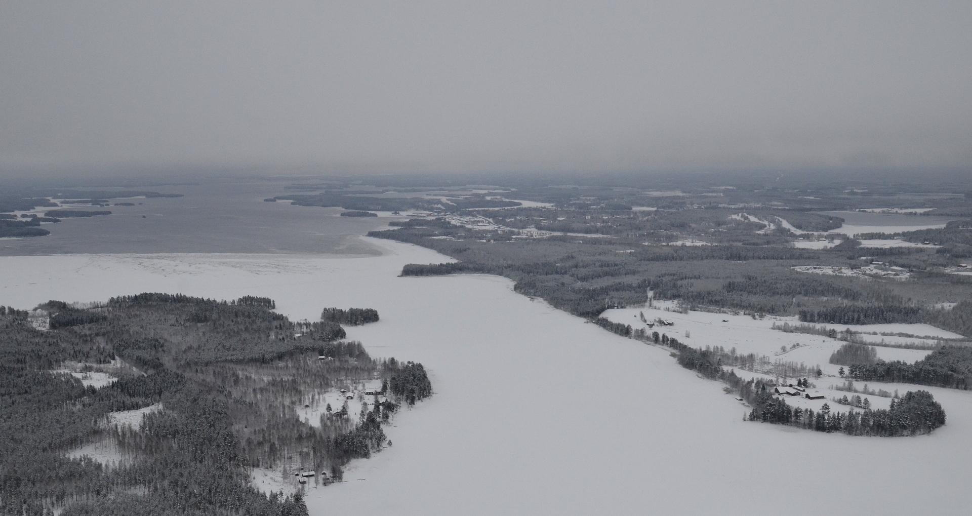 Vasemmalla Vermatsaari, tummempi jää vasta muodostunutta, kun lumipeite puuttuu. 17.12.2017.