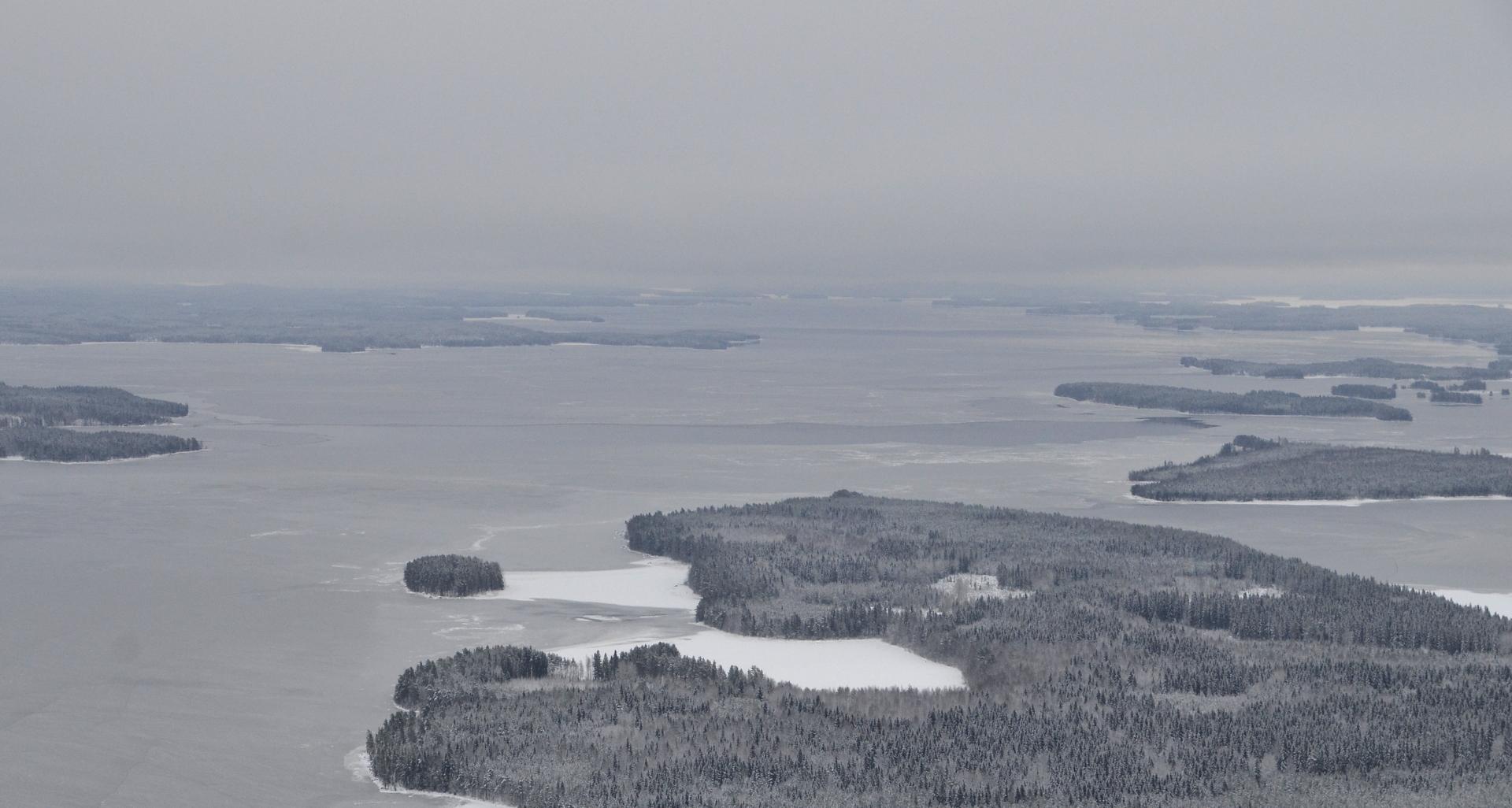 17.12.2017 Oikealla kaukana näkyvä Karttuselkä ehkä jäätynyt jo aiemmin, kun näkyy lumisena?