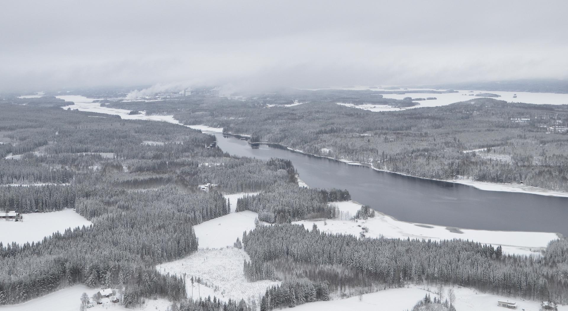 Jäätilanne on Ääneseudulla on kuvan mukainen, sulaa vettä vain Kuhnamon virtaavissa vesissä 26.12.2017. Kuvattu Kapeenkosken seudulta.