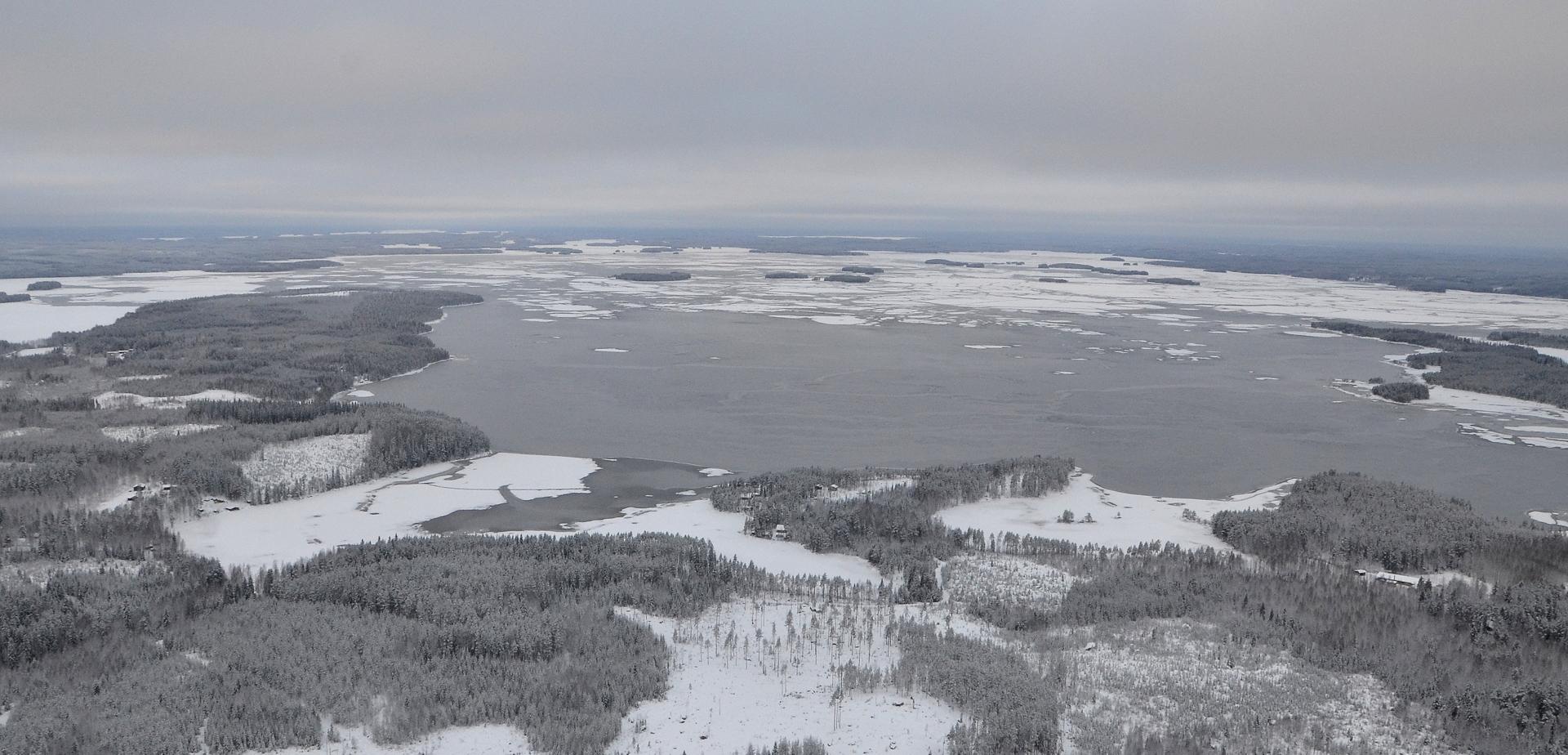 17.12.2017 Kolima jäätyi kokonaan edellisen yön aikana. Vasemmalla Houninniemi, järven takana Pihtipudas.