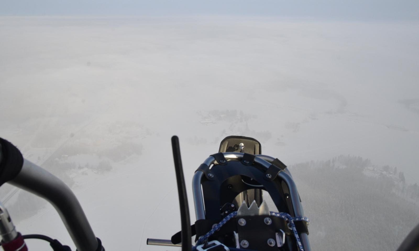 Pilviharsoa vaihtelevasti matkan varrella. Mukana oli lumikengät sitä varten, että jos kone sattuisi hyytymään, niin olisi helpompi tarpoa kovalle maalle.