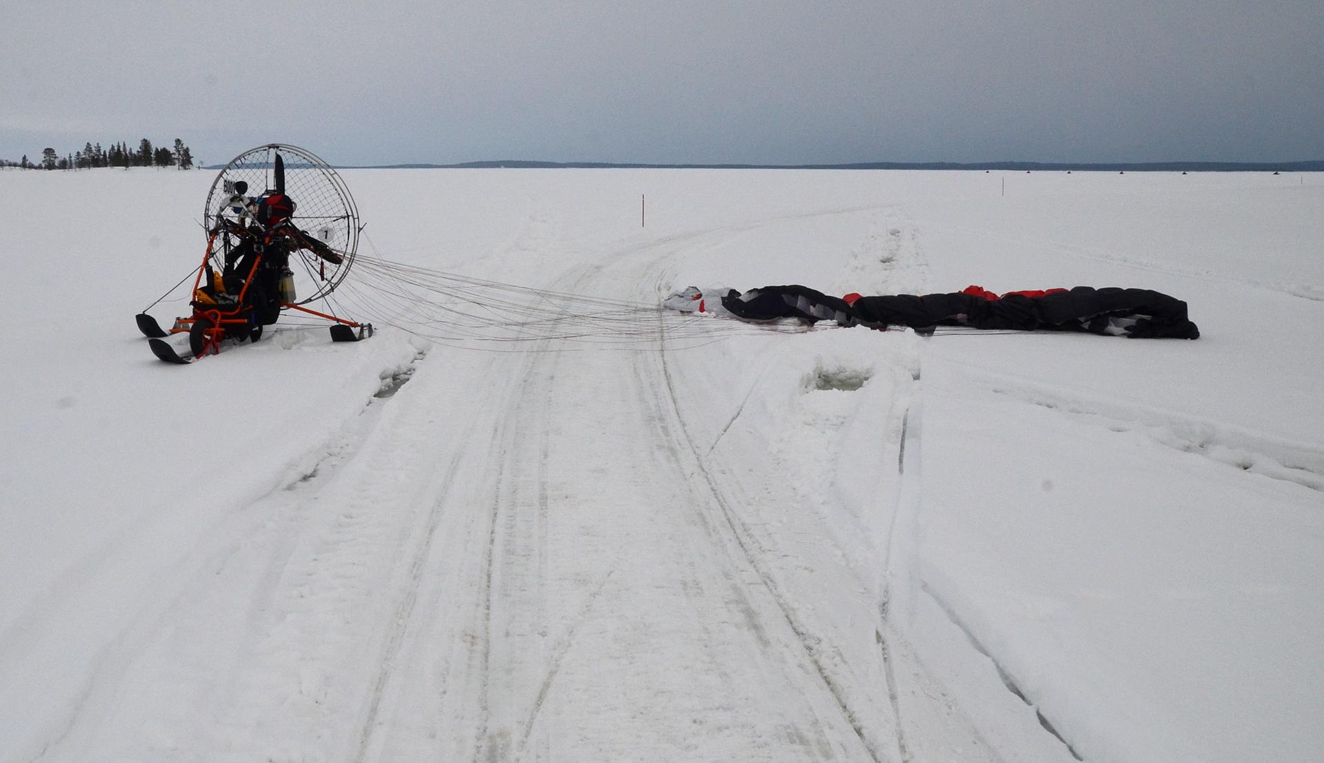 Ensimmäinen kohde oli Kärppäsaaren tupa. Vettä oli lumen ja jään välissä kymmenkunta senttiä.