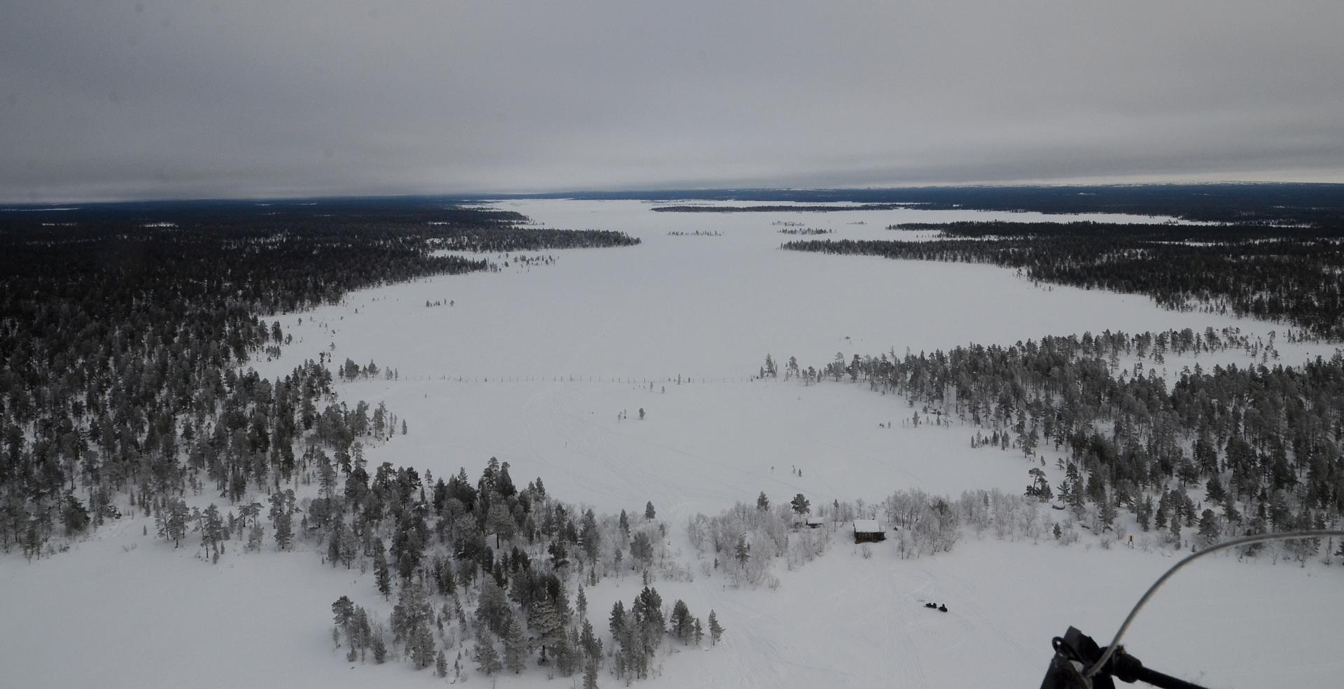 Onni oli kuitenkin myötä ja moottori lähti käyntiin. Suunta Sevettiin tuosta Suolisjärven yli.
