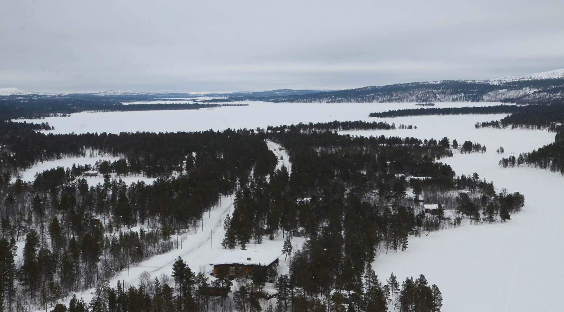 """Vihdoin tuli vastaan Sevettijärvenkylä. Kuvassa entinen Nykäsen """"myymäli"""", kuten sen seinässä luki vielä 1980 luvulla."""