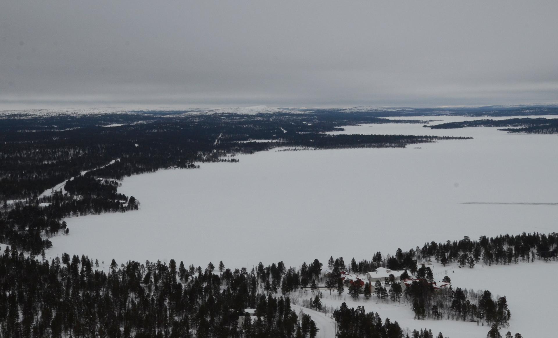 Pilvet oli päivän aikana nousseet ylemmäksi. Kuvassa Sevettijärvi Näätämön suuntaan siis koiliseen nähtynä.