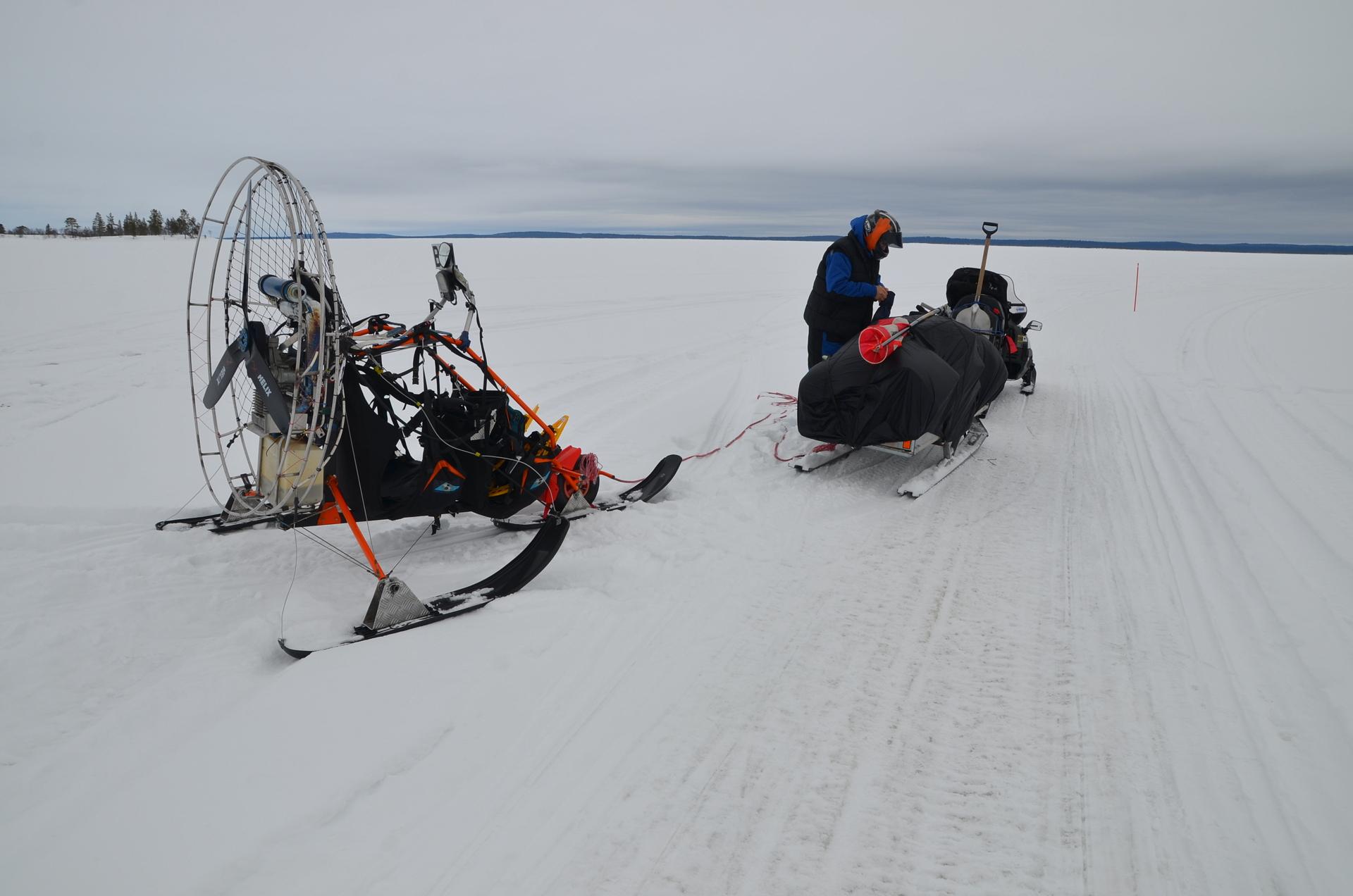 Aamulla tuuli kävi niemen takaa, joten Eki veti minut selälle, jos saatoin startata. Moottori täytyi nyt käynnistää potkurista, kun starttimoottori ei lyönyt päälle.
