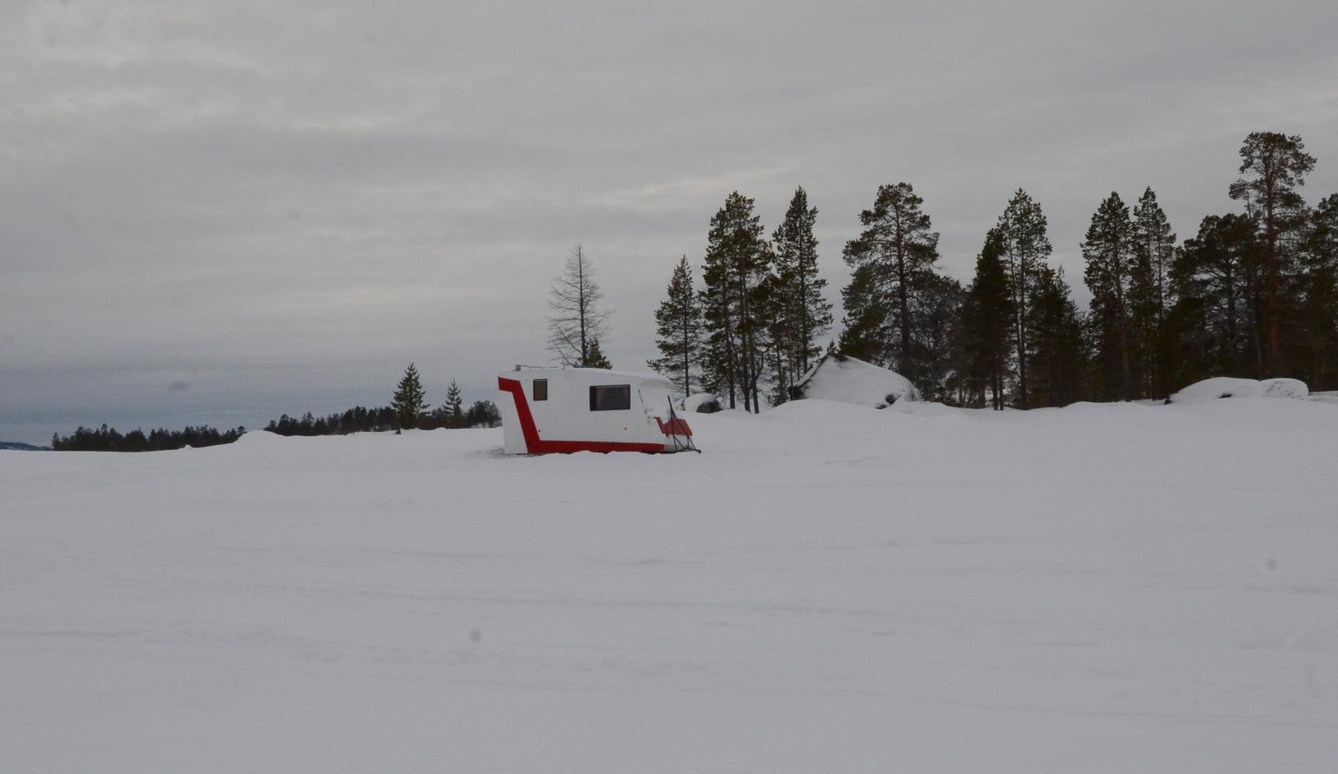 Tauon jälkeen lähdettiin kohden Isoa Jääsaarta ja sen autiotupaa. Nyt olin tämän välin hinauksessa yltyneen tuulen takia, sillä olinhan tämän välin jo lentänyt. Matkalla tällainen kesäasunto.