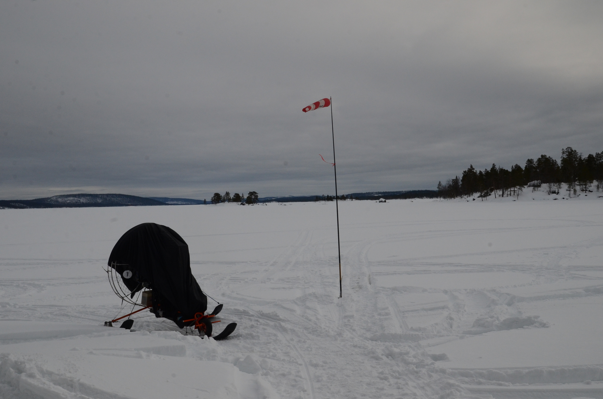 Tuuli tuiversi päivällä, mutta illemmalla hieman tyyntyi, joten päätettin tehdä Ranskalisille hiihtäjille tilaa ja palata Veskoniemeen yöksi. Ihmettelivät kun Eki joi vettä avannosta, että onko se juomakelpoista:)