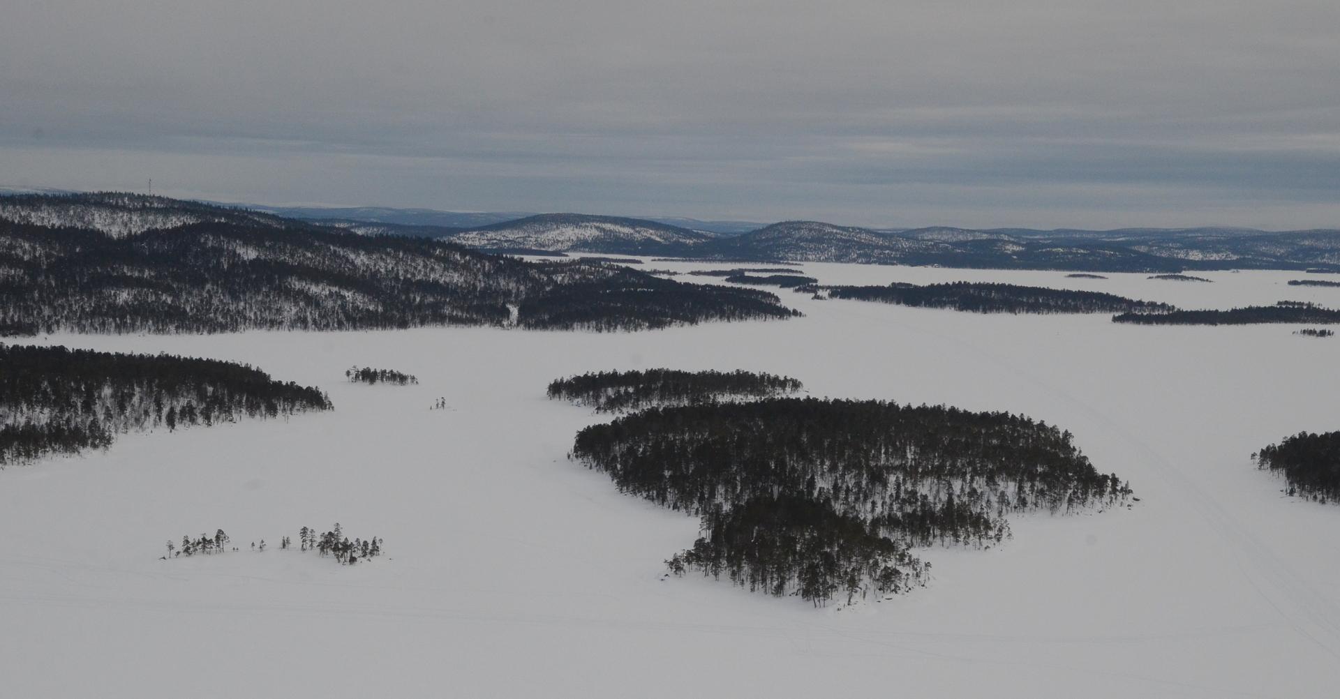 Järven takana näkyy Ivalon vaaroja, eivät taida olla tuntureita?