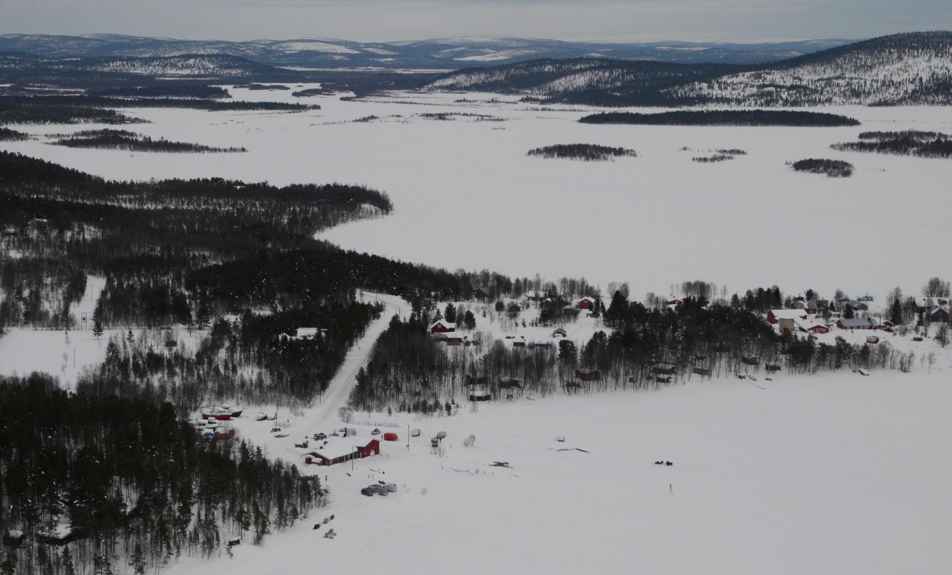 Veskoniemen kylä ja järven takana Ivalojoen suistoa.