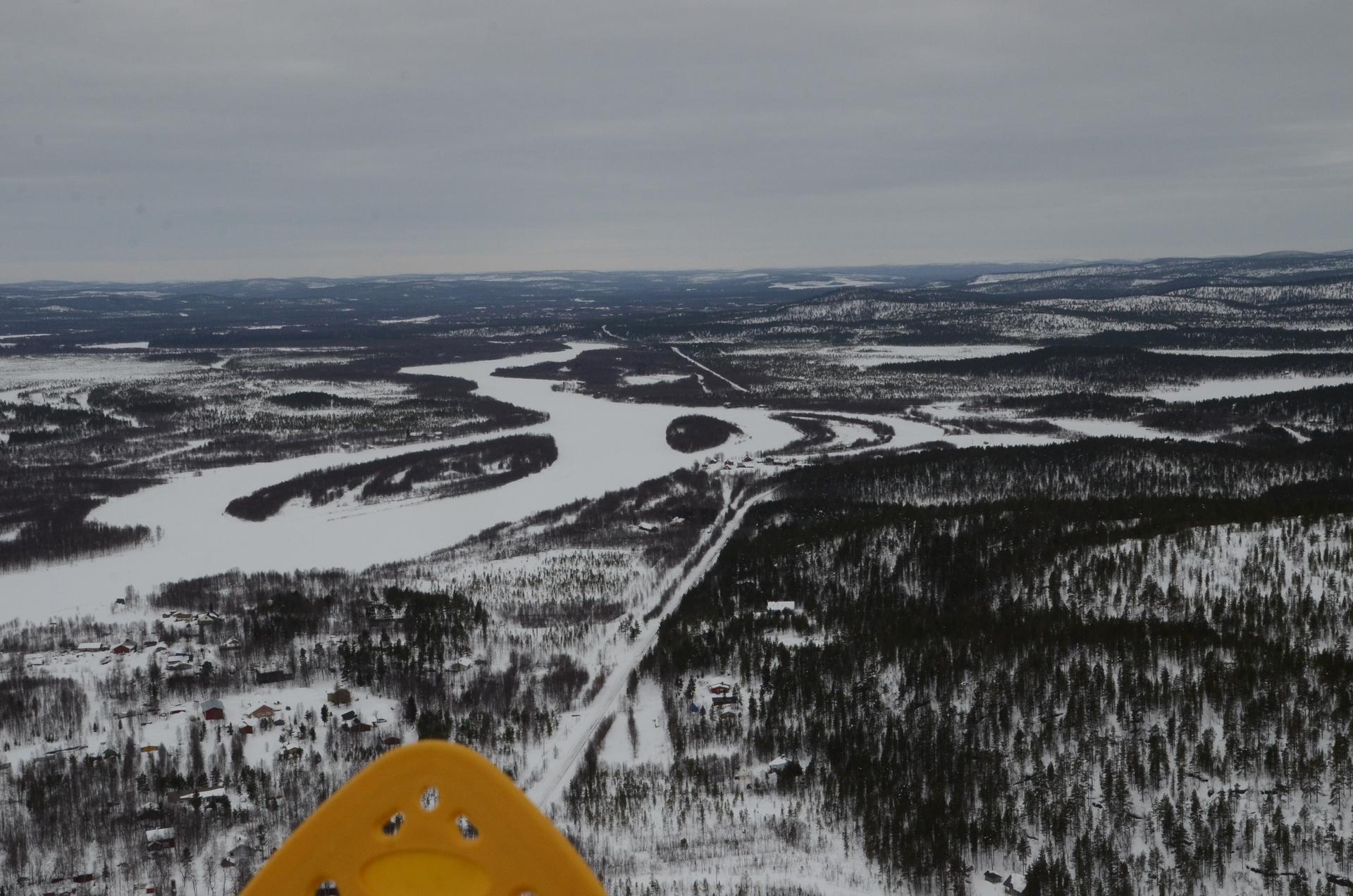 Kun keli oli telttayötä seuraavana päivänä lennettävä, päätin kruunata reissun lentämällä vielä Veskoniemestä Ivaloon. Jouduin hieman odottelemaan jäällä, kun Finnairin kone tulisi kaartamaan laskuun ko. kohdan kautta. Kuvassa Koppelon tienoita.