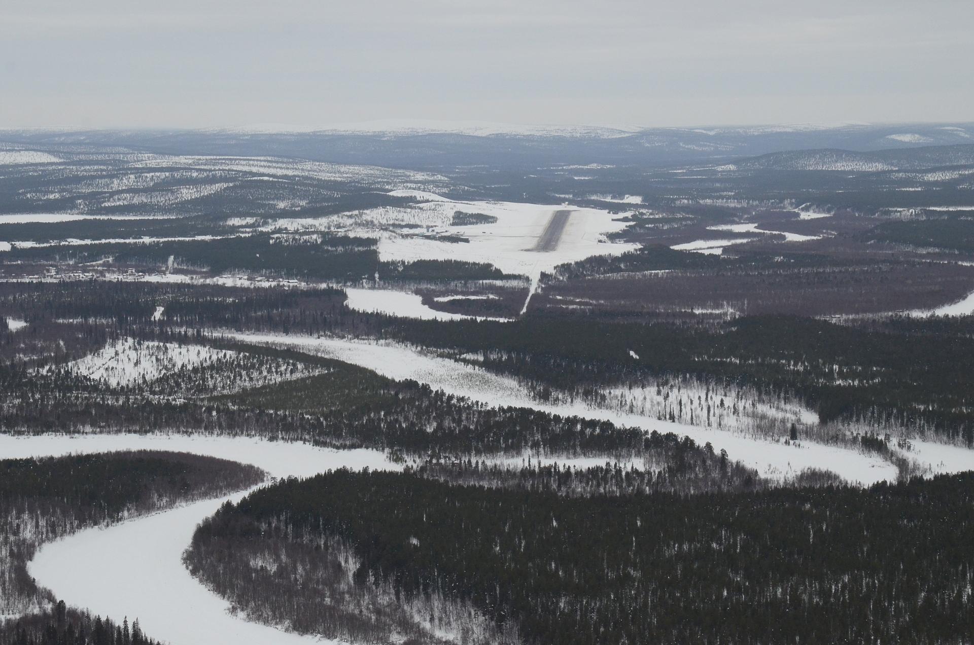 Ivalon lentokenttä Ivalojoen mutkien takana.