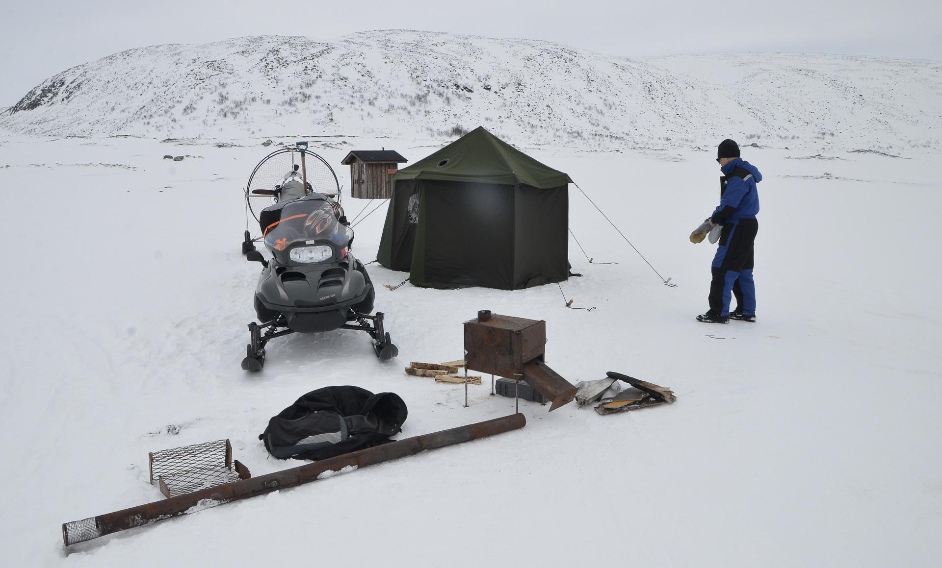 Autiotuvan puoli oli tyhjillään mutta varauspuolella oli asukkaat. Me pystytettiin paikalle oma teltta.