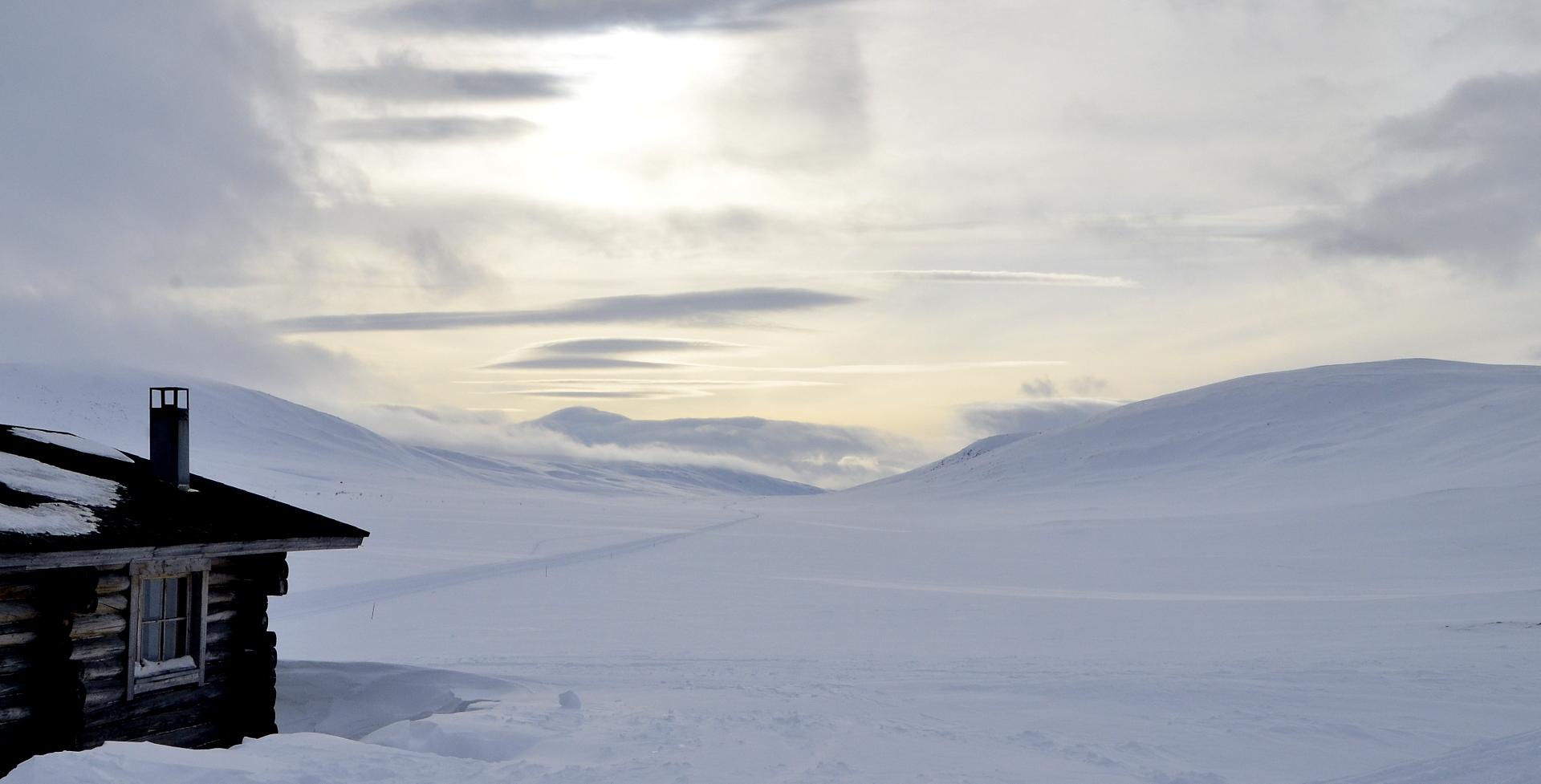 Teltan pystytyksen aikana leijaili paikan yli muutama lunta nakkeleva sadepilvi.