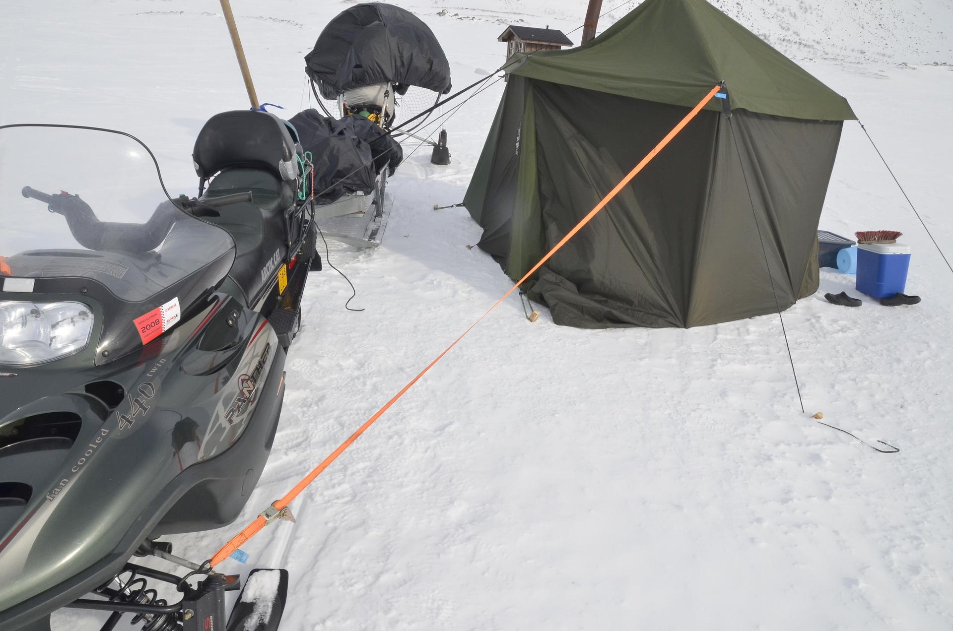 Keli oli kovin tuulinen, joten teltan sidontaan panostettiin erikoisen huolella. Silti yöllä välillä mietitytti teltan paikallaan pysyminen kun tuuli rempoi sitä oikein kunnolla. Aamu yöllä sitten jo nukutti makeasti.