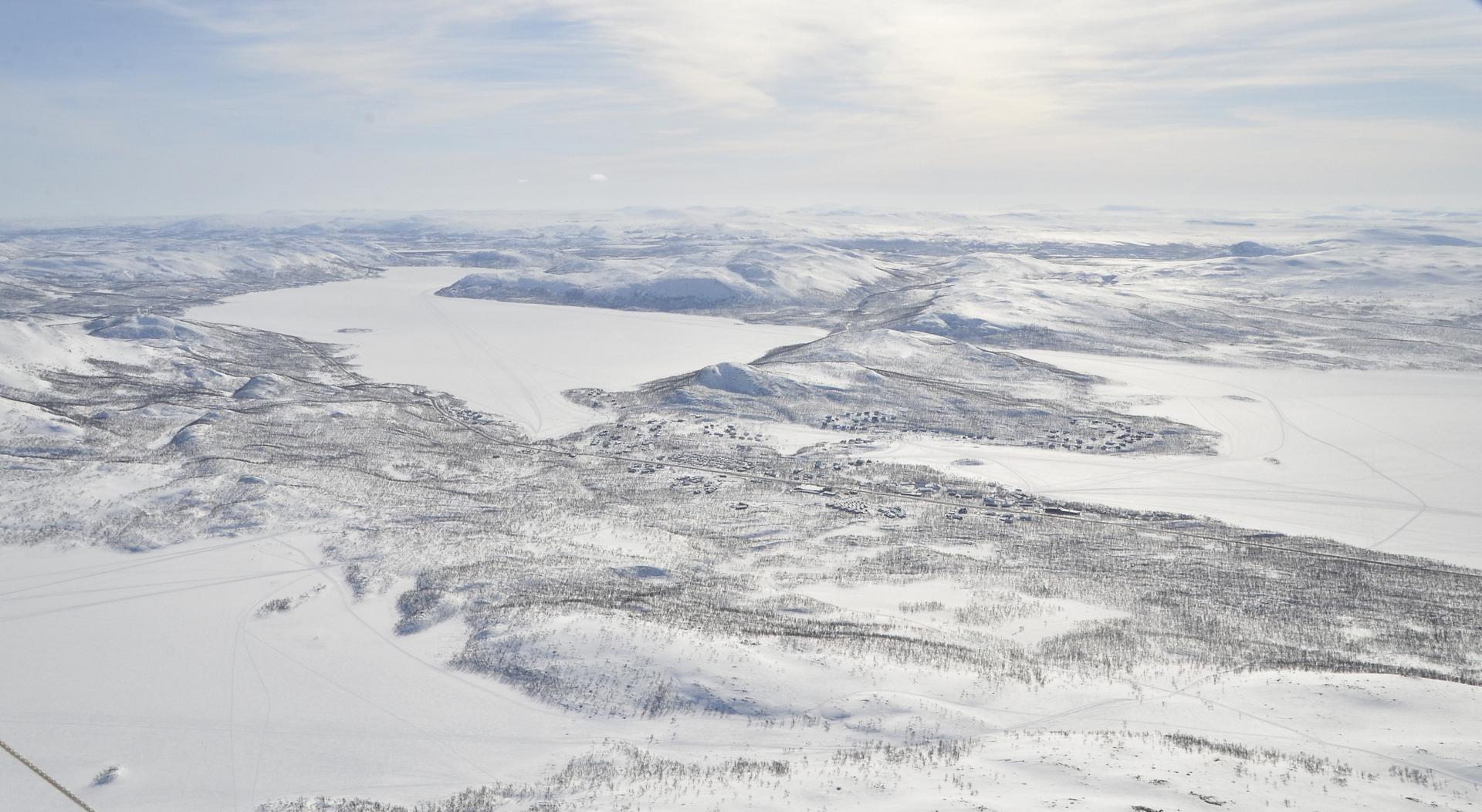 Kilpisjärvenkylä, vasemmalla lähimpänä Cahkaljärvi.