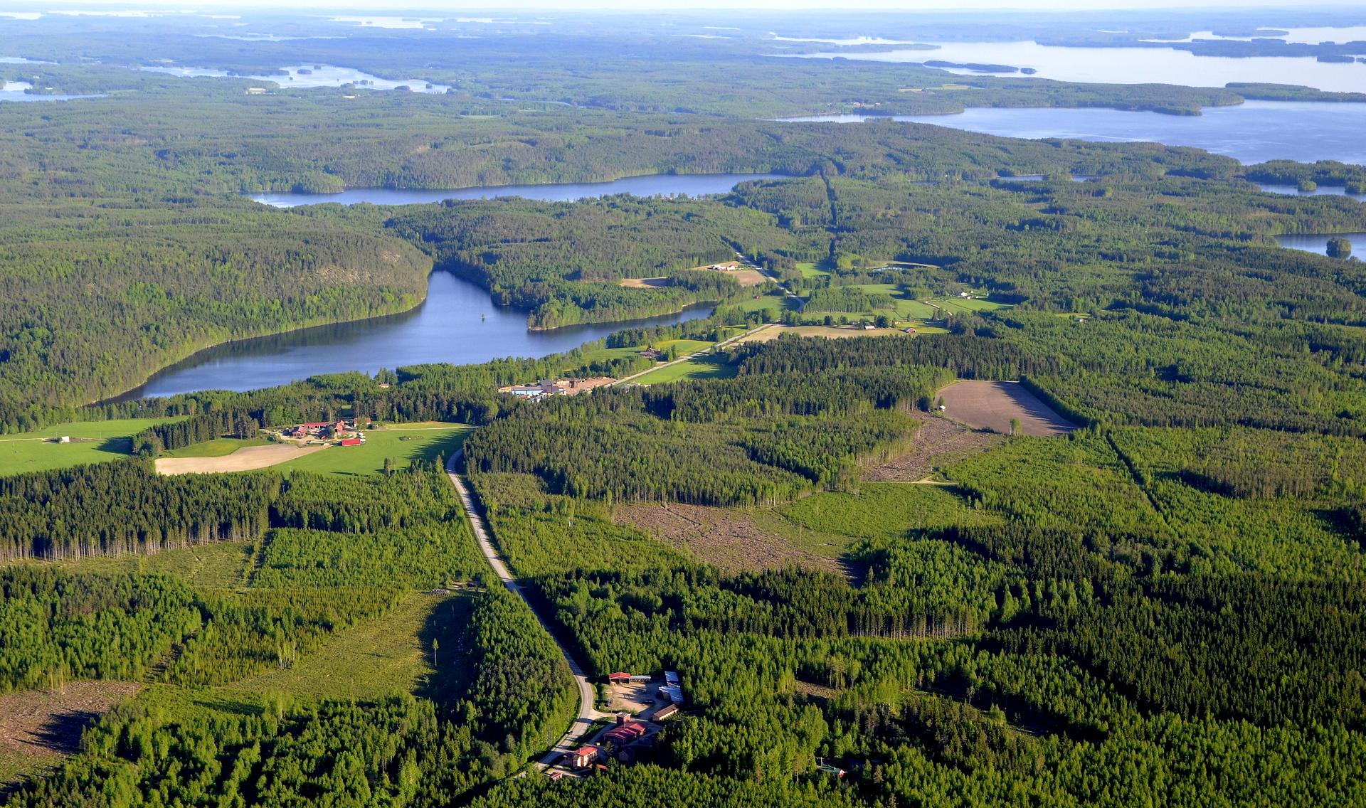 Permoskylä ja Kiminki. Suovanjärvi näkyy vasemmalla ,tuolla kauempana.