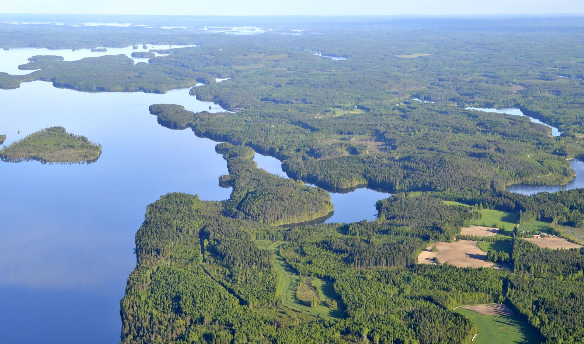 Toikankylä ja sen takana Kolarinsaari. Kuvassa kauimpaisena näkyy Konnevesi.
