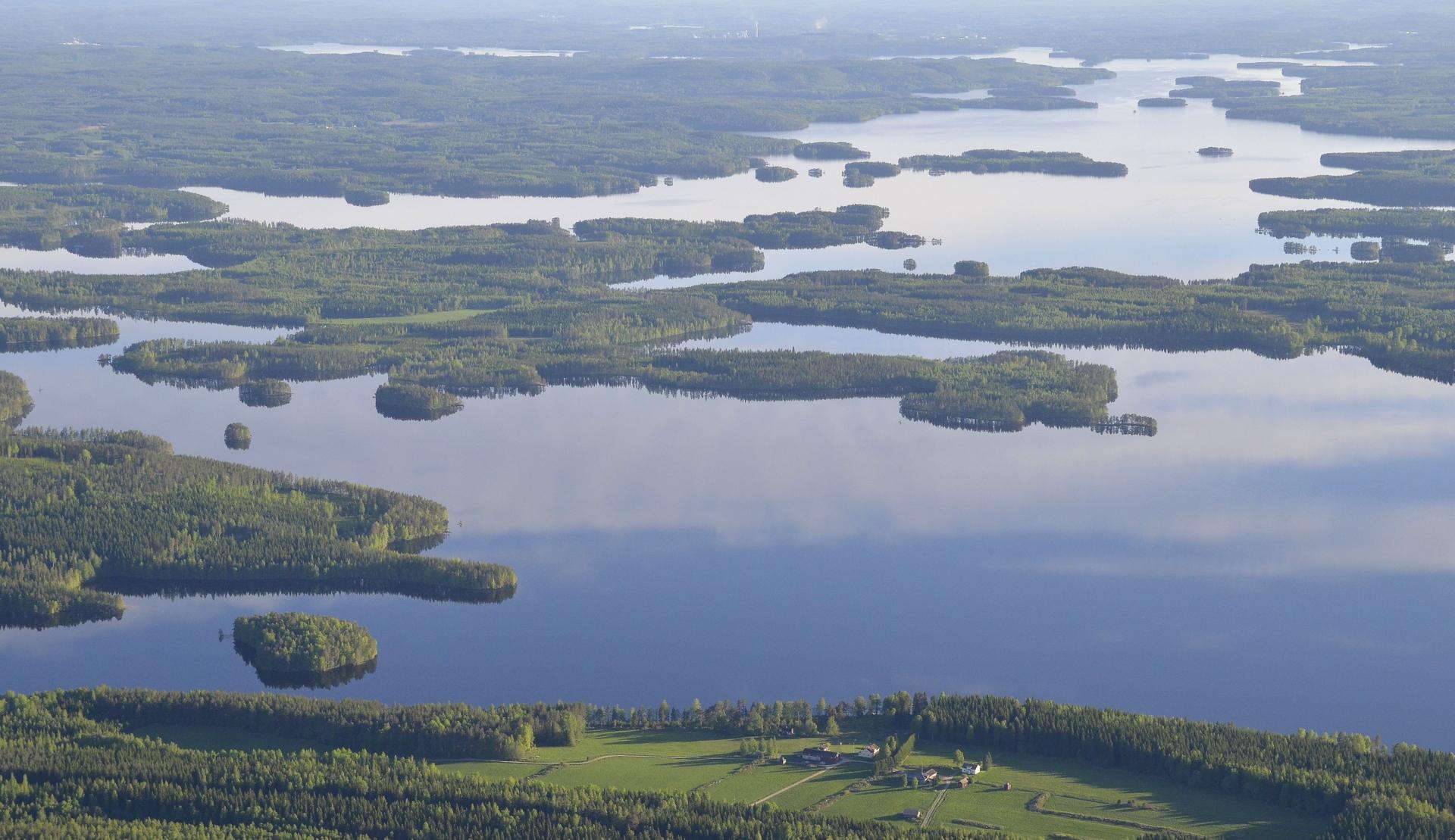 Lähimpänä kuvassa Matilan talo, Matilanselän rannalla. Taustalla Aänekosken ja vasemmalla Suolahden savuja.