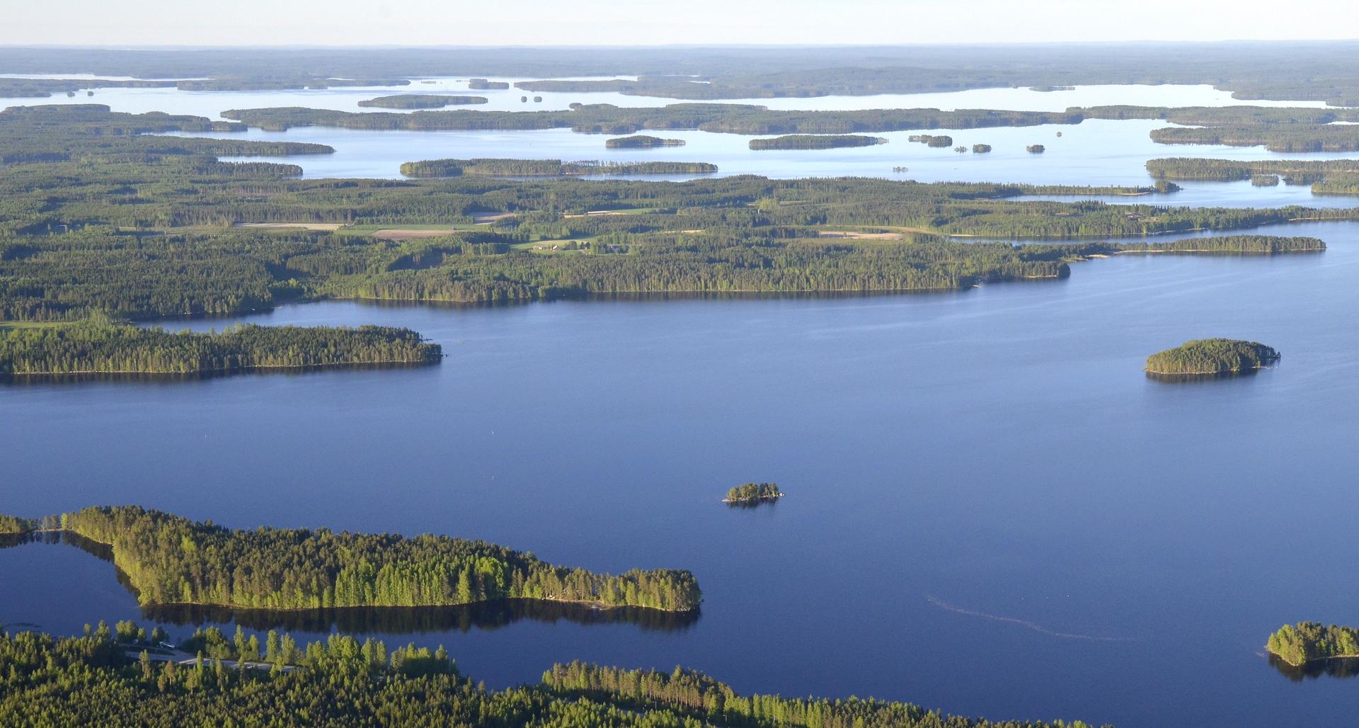 Räihänselkä ja oikealla isompi saari on Akseli Gallen-Kallelan tauluissa esiintyvä Haapasaari.