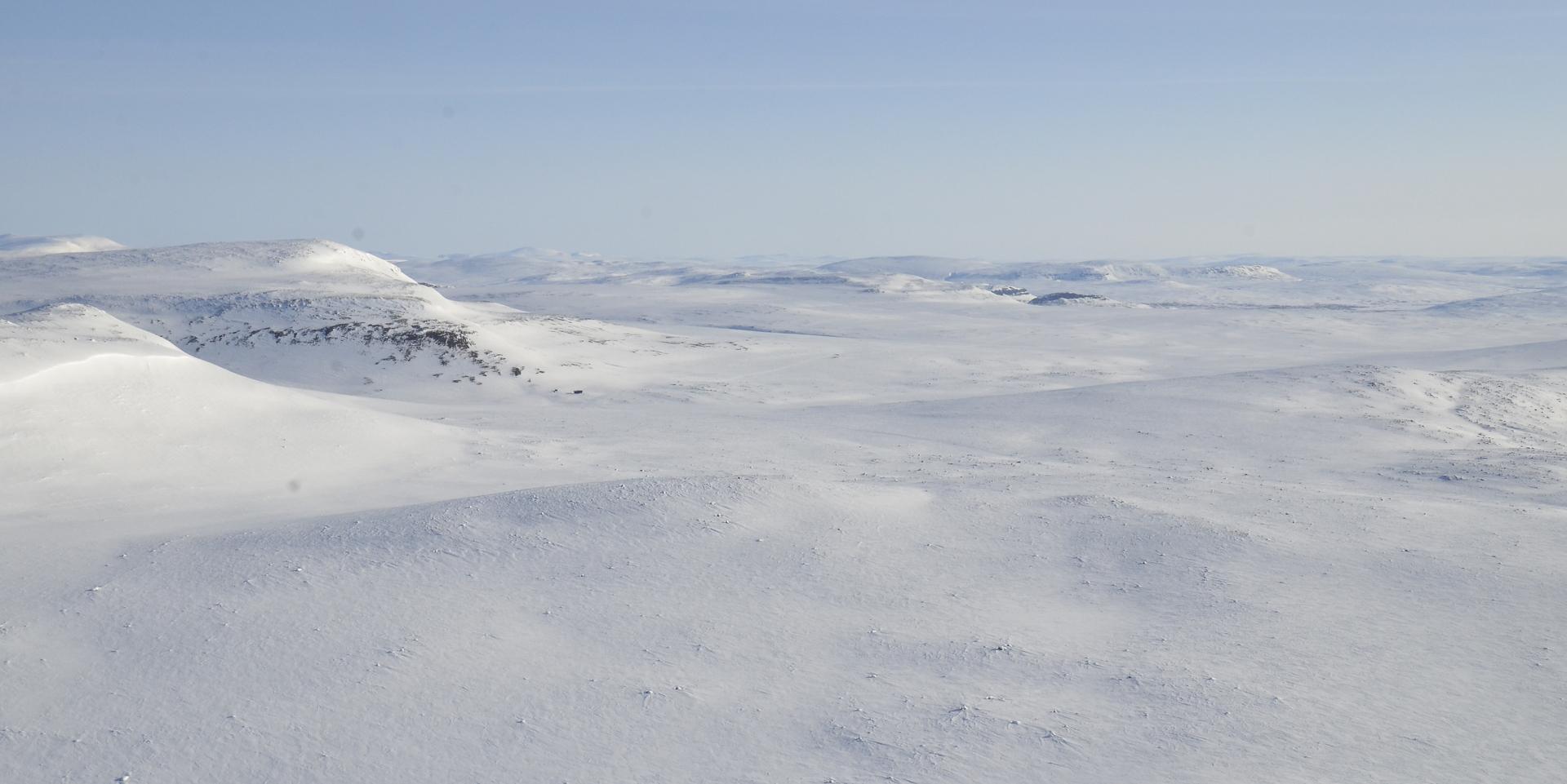 Kuvassa kauempana alkaa näkyä Meekon laakso, on vaikuttava paikka. Vasemmalla Guanjarvaggin huipun nokka.