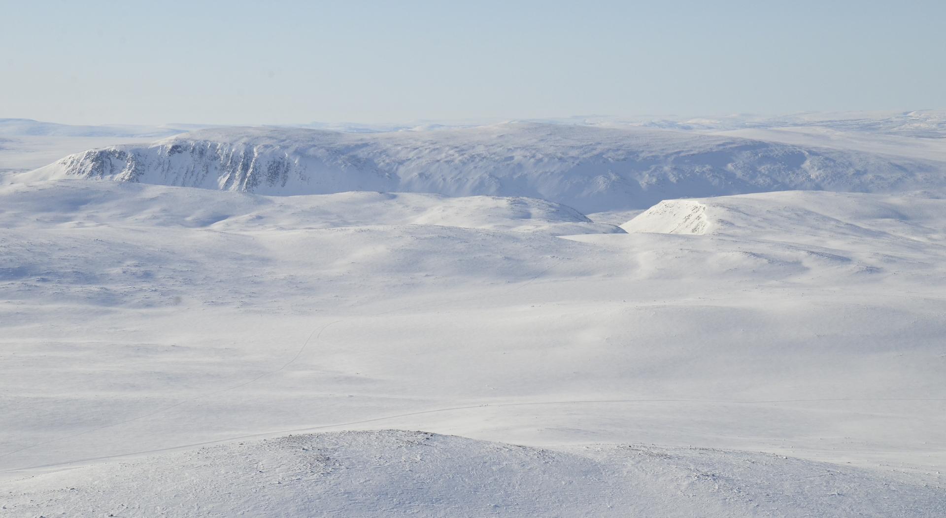 Dierpmesvarrin huippu Termisjärven takana.