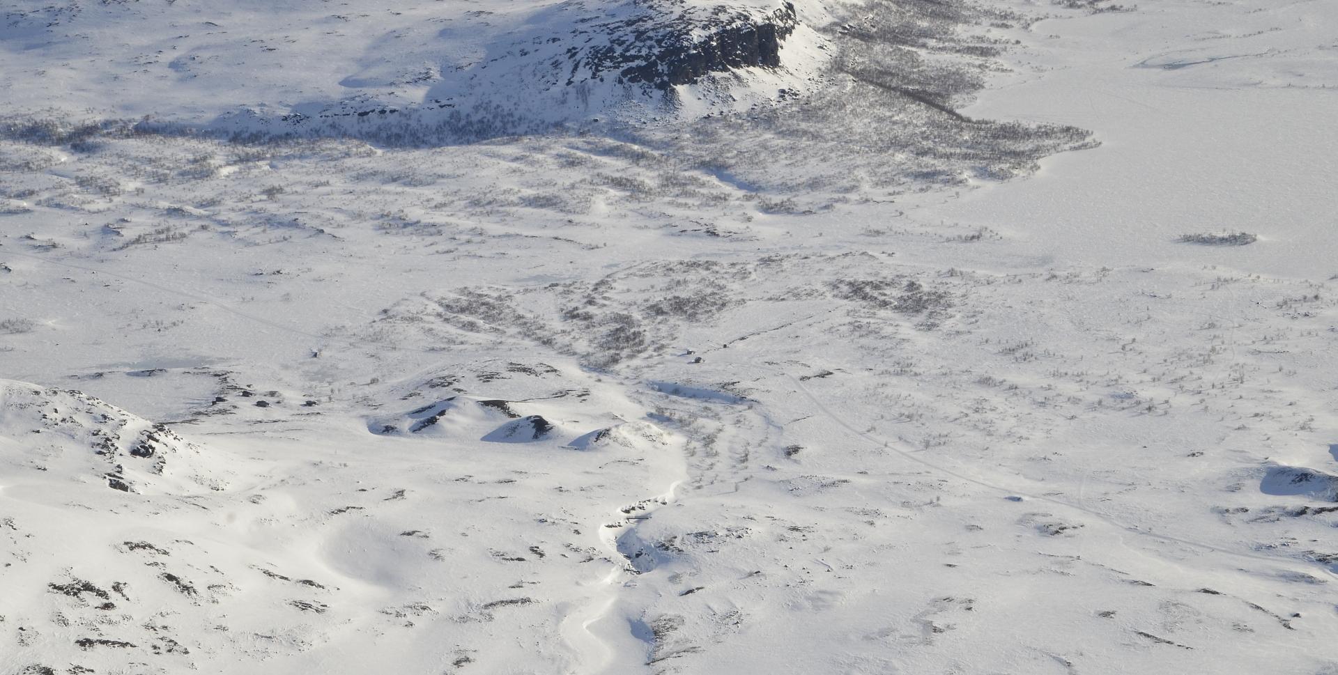 Oikealla Skadjajarvi, siis järvi. Laaksossa monta järveä eri nimillä, vaikka ovat lähes yhtä vettä. mutta korkeus eroja jonkin verran.
