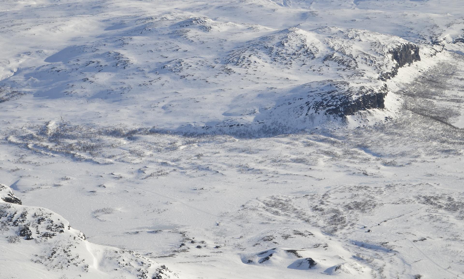 Meekonlaakson pohjalla näkyy autio- ja varaustupa. Vasemmalla Meekojärvi.