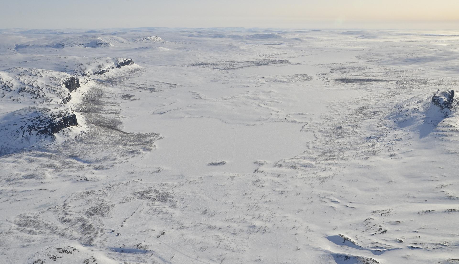Järviä toisensa perään, kaukaisuudessa Norjan vuoria ja tuntureita.