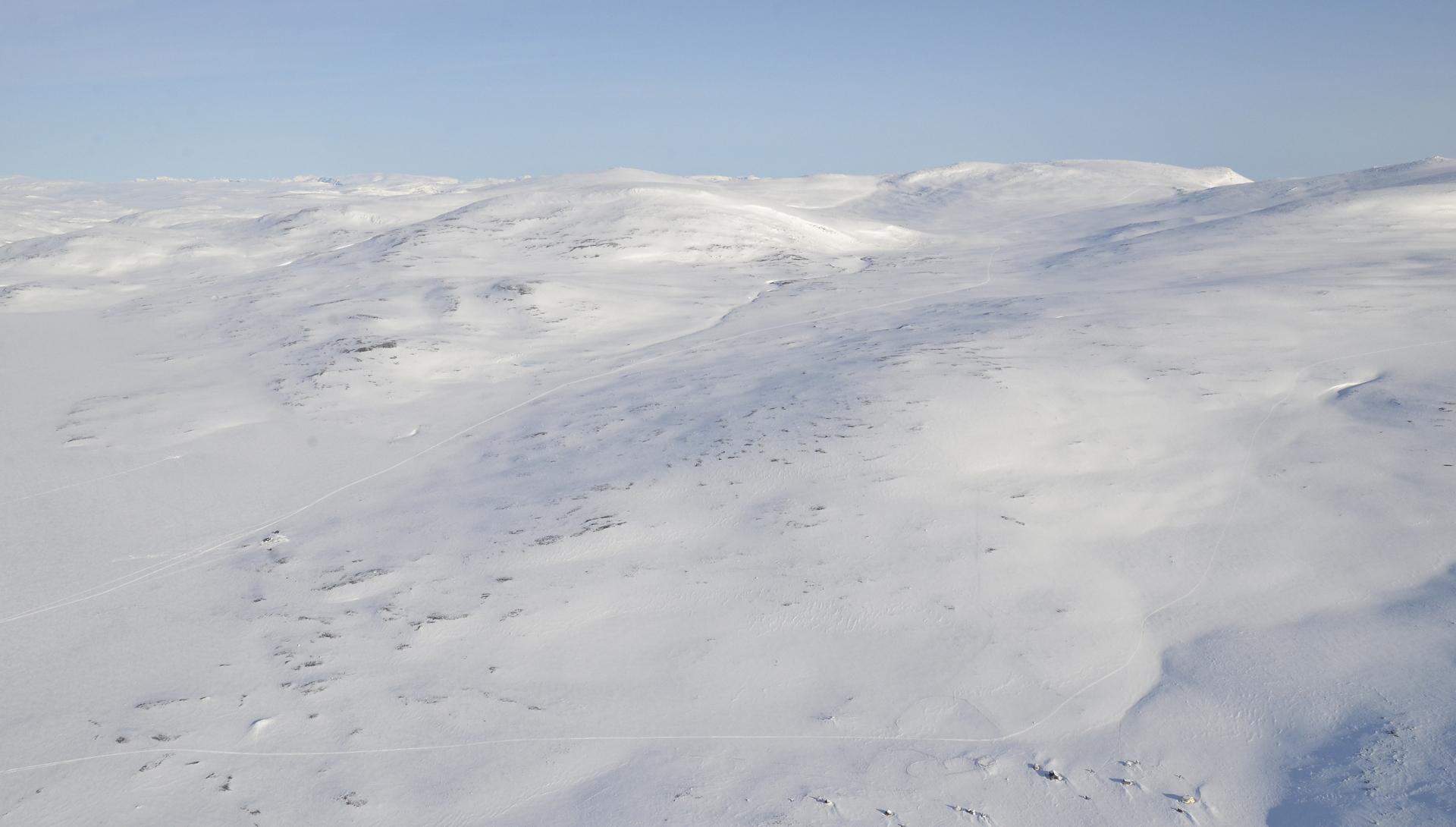 Kipuaminen jatkuu tuonne purouoman suuntaan, jonka takana on Haltin huippu. Vasemmalle näkyy Pitsusjärvi, johon teen paluumatkalla välilaskun.