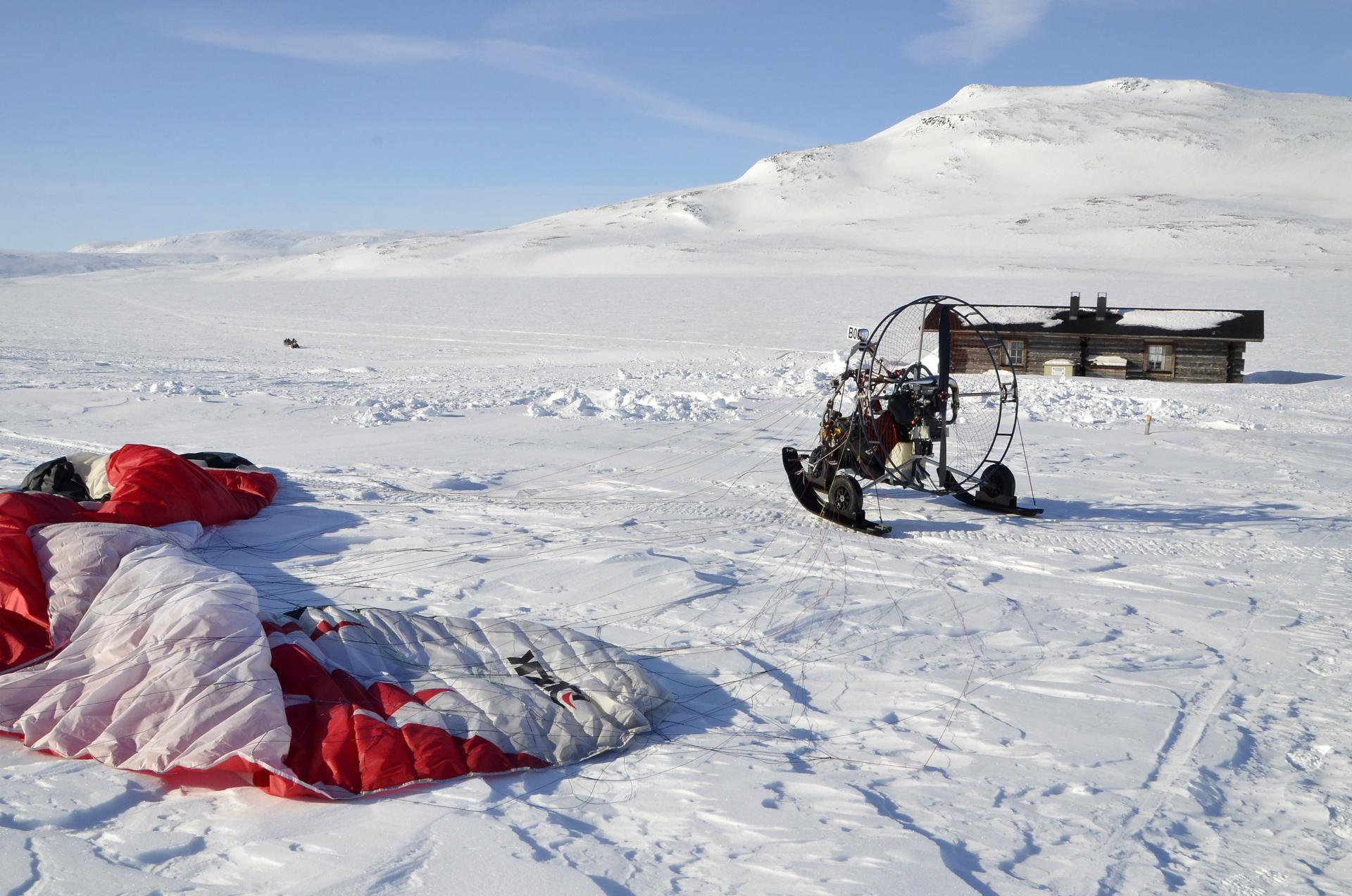 Ajoitus meni aivan nappiin, sillä muut tulivat juuri kelkalla jäätä pitkin.