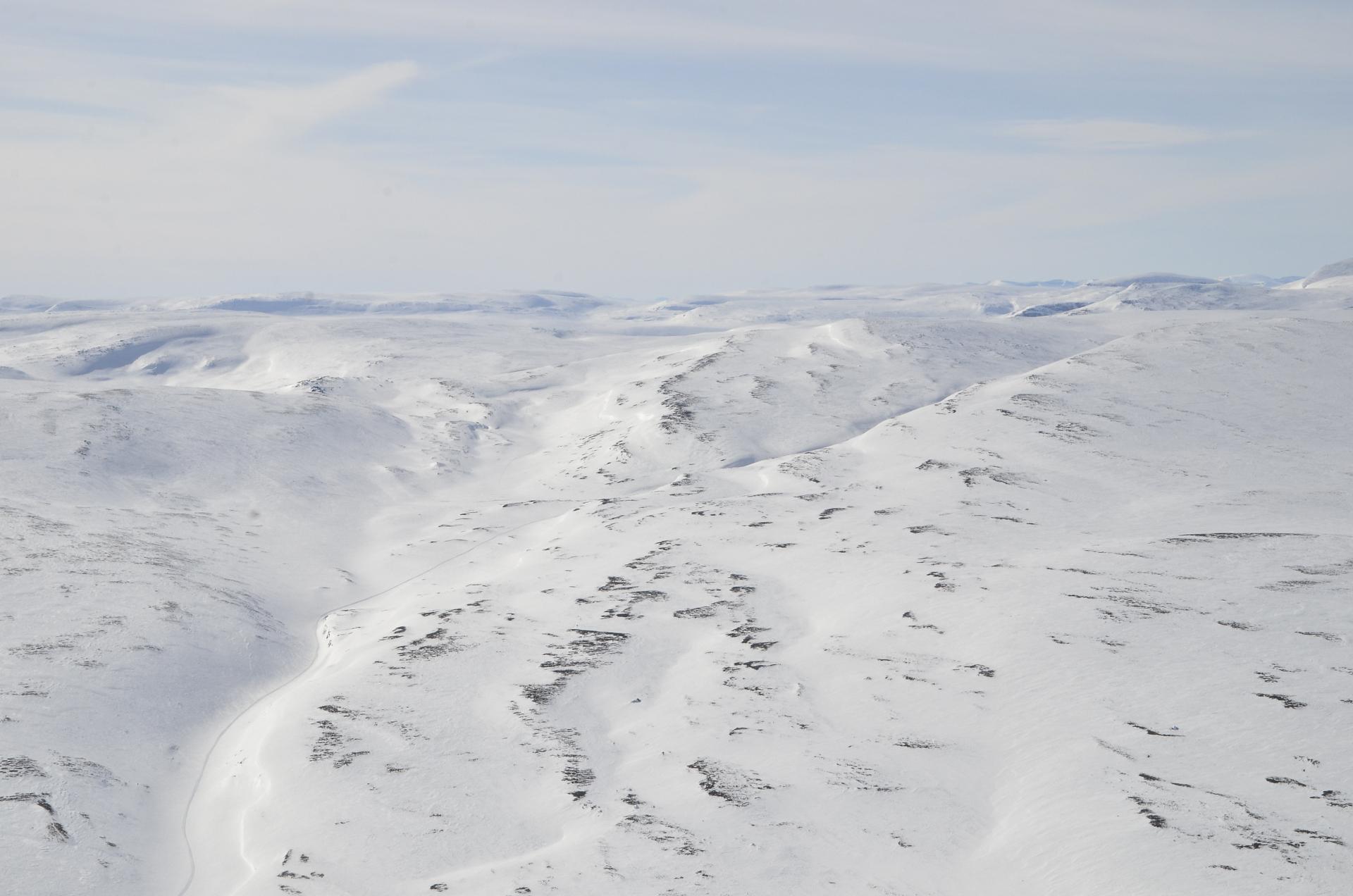 Tokihan piti lähteä käymään myös Somasjärvellä, joka on puoliksi Norjan puolella. Kelkailijat menivät tuota kanjonin pohjaa pitkin.