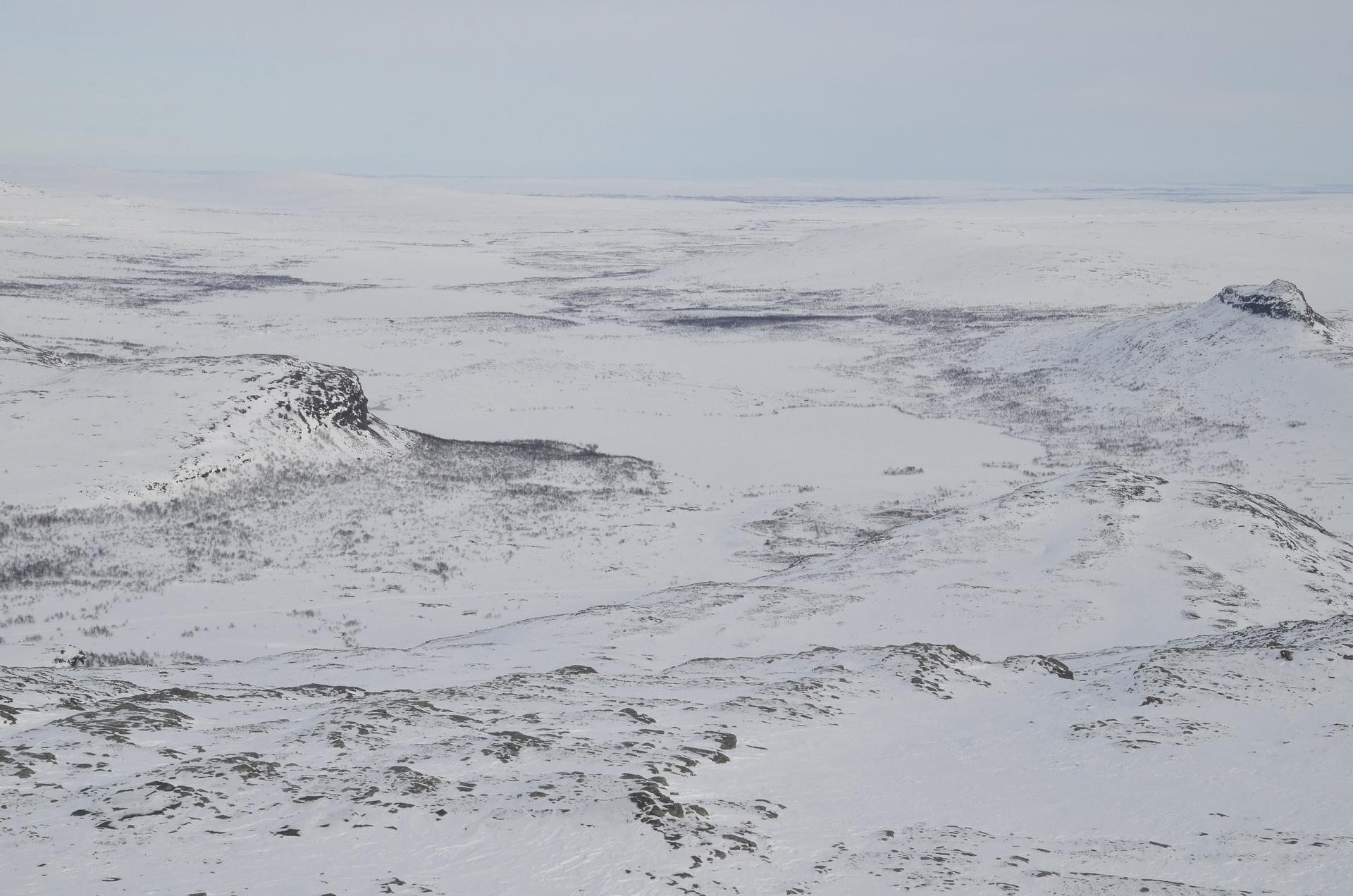 Vasemmanpuoleinen huippu laakson laidalla on Annjaloanjebakti.