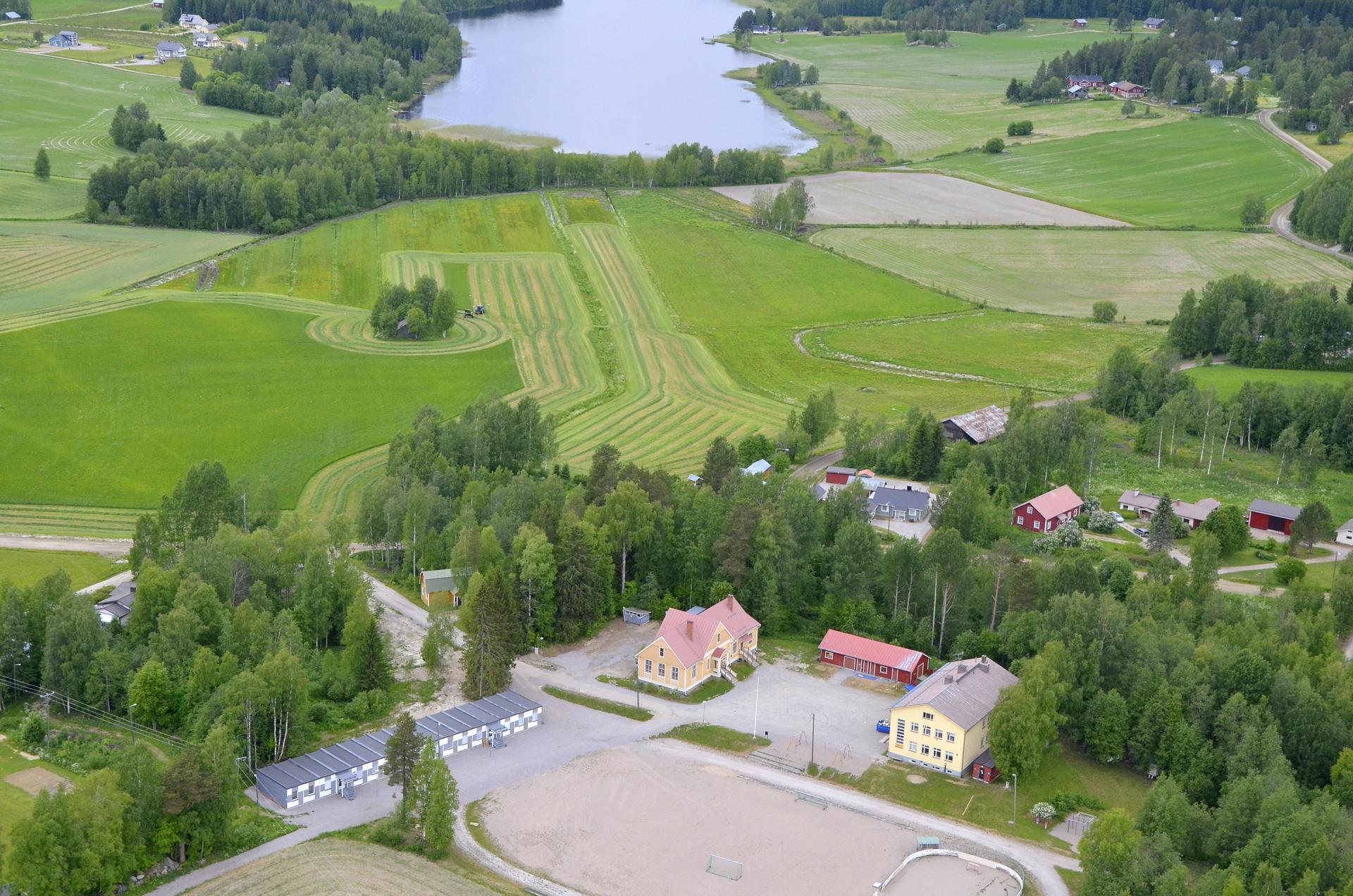 Koivistonkylän koulut keväällä kuosissaan, kun nyt kivikoulun purku on jo alkanut.
